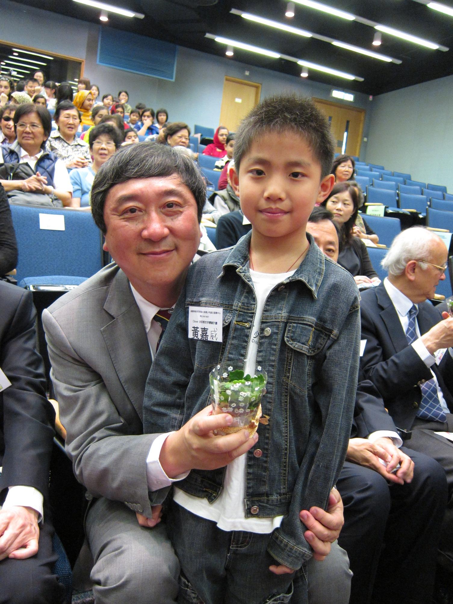 受助兒童贈送紀念品予沈校長以表謝意。