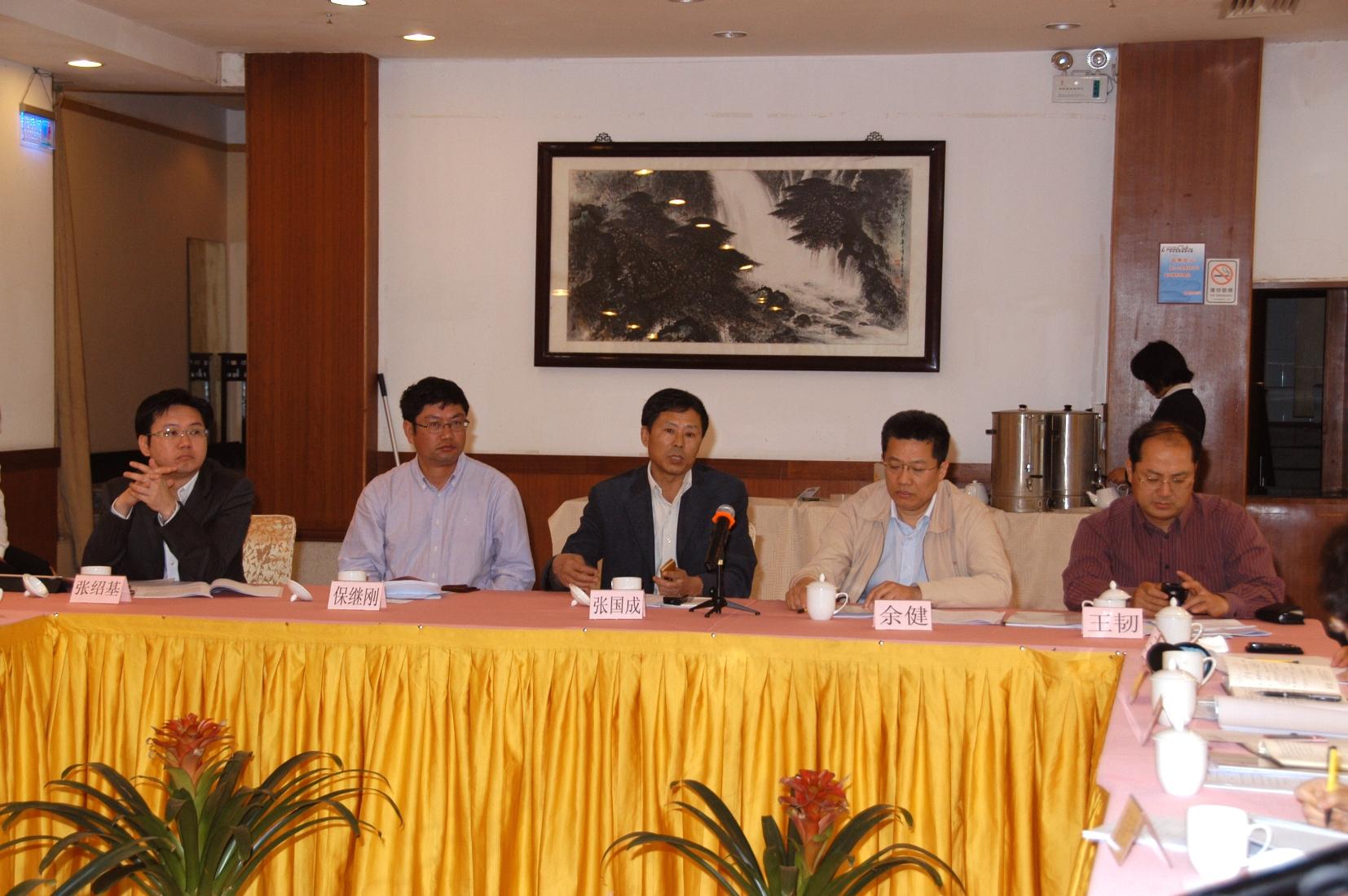 國家科技部張國成司長(中)、粵港澳三地政府官員及高校學者參加在廣州舉行的「863」計劃項目「粵港澳跨境水安全綜合監測計劃」論證會。