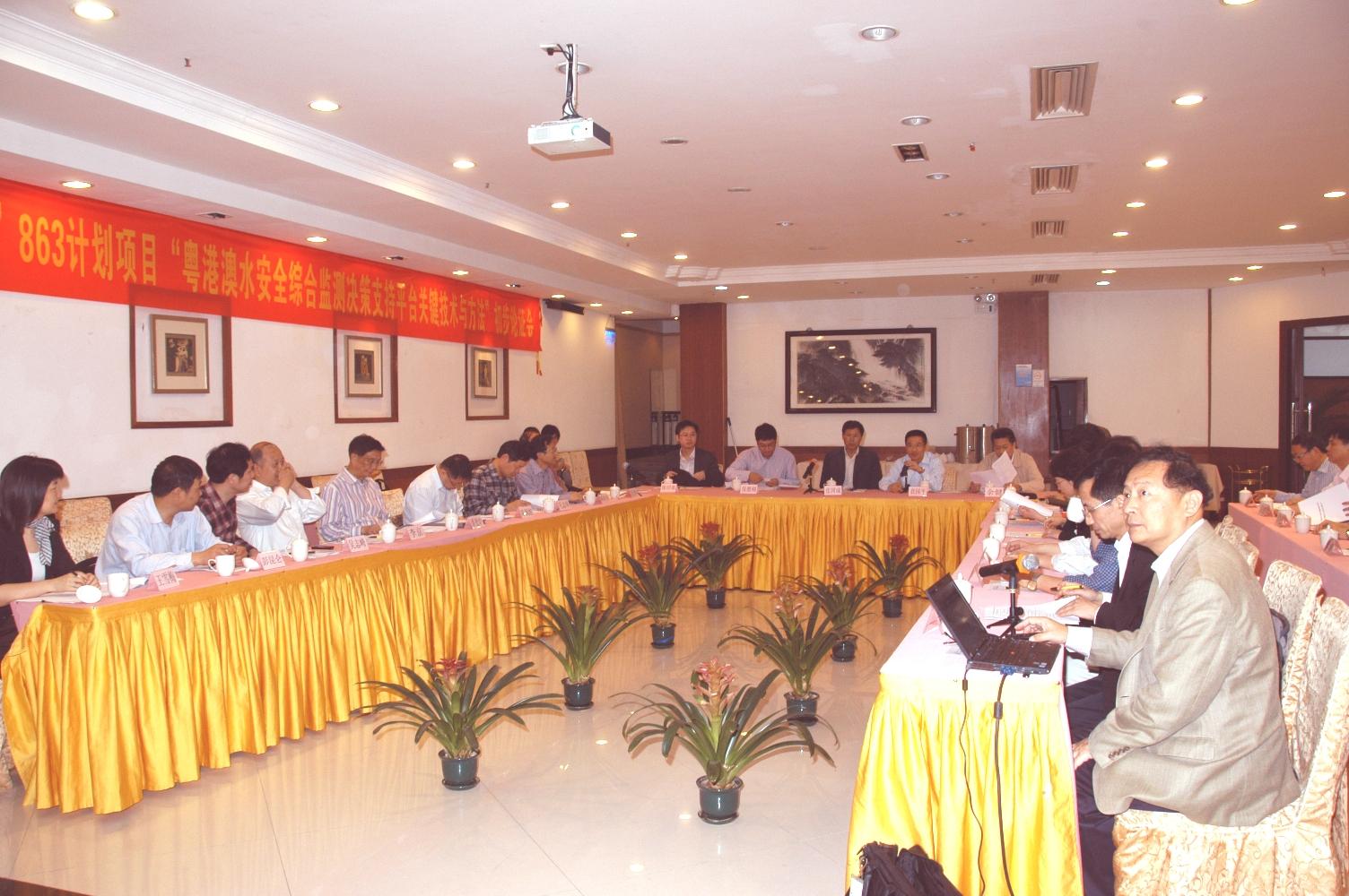 中大太空所所长林珲教授(右一)向参加论证会的领导与专家汇报项目的准备工作。