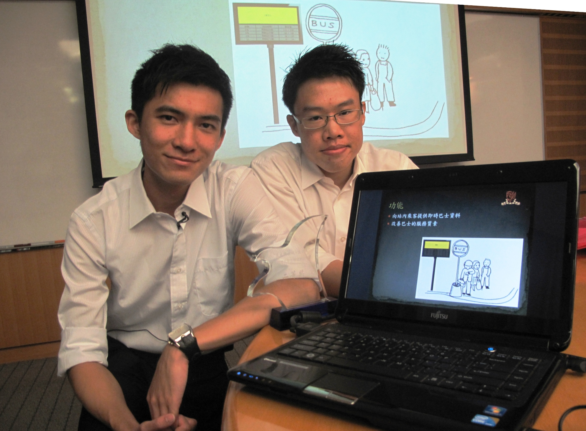 黃卓榮(左)及周梓浲介紹「智能公交到站預測系統」的設計意念