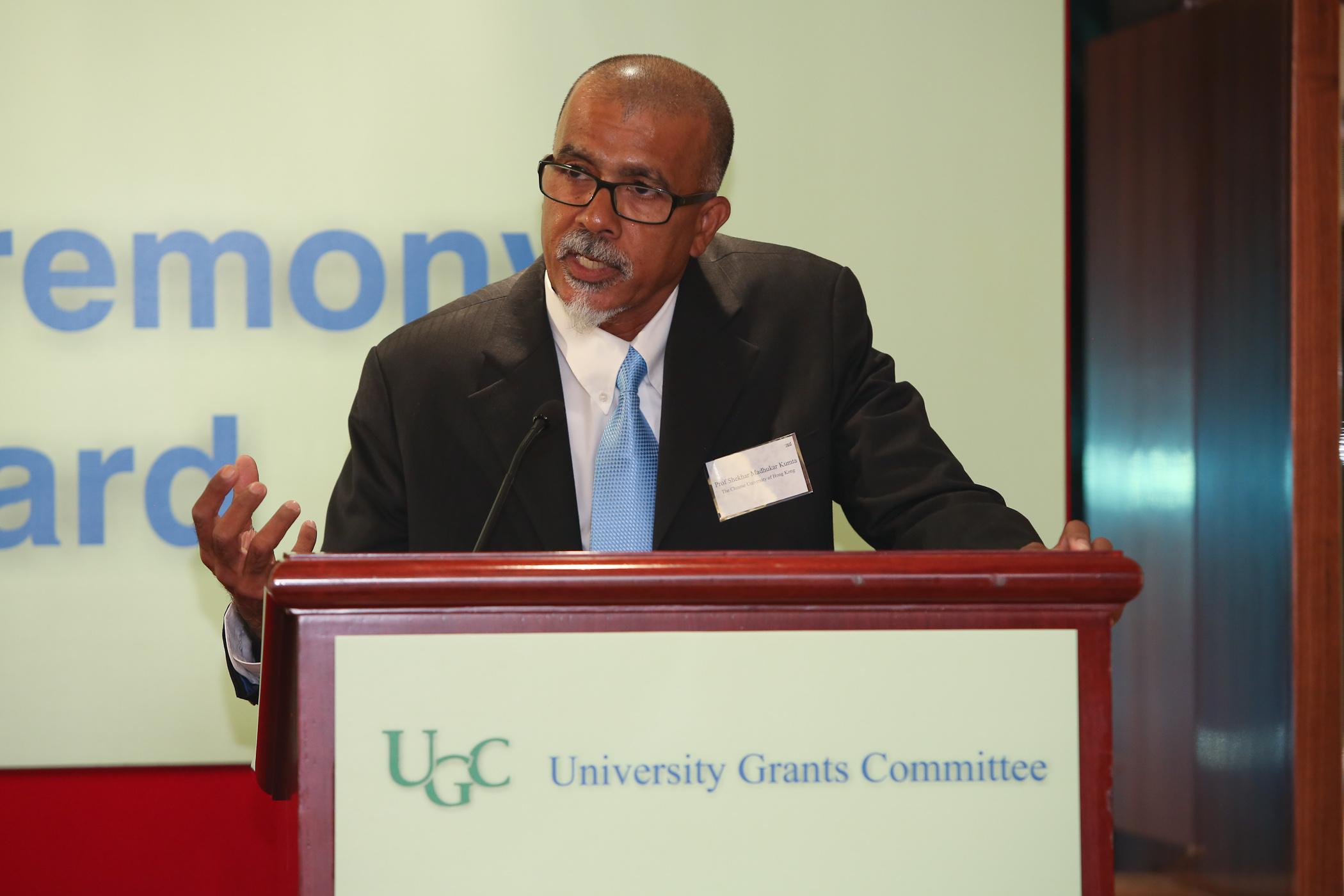 Professor Kumta delivers his acceptance speech.