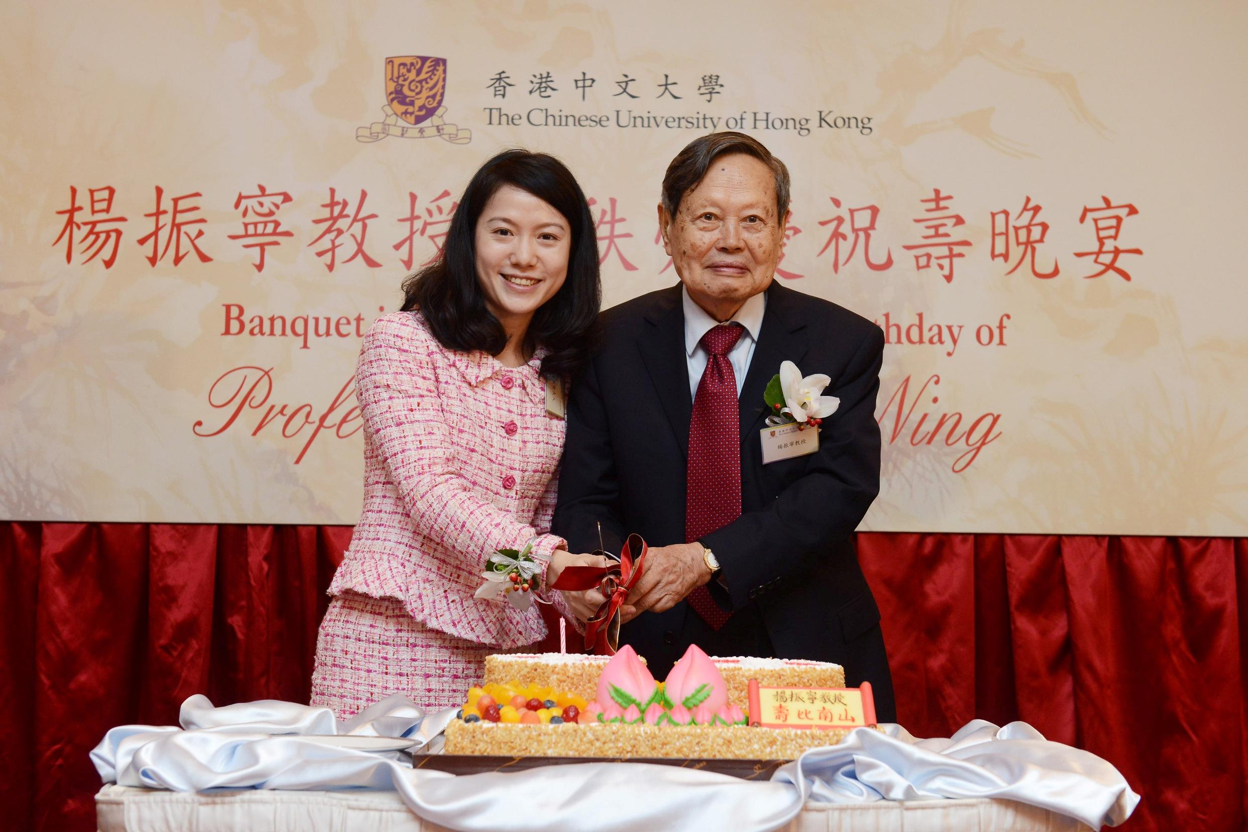 楊振寧教授偕夫人出席祝壽晚宴,一起切生日蛋糕。