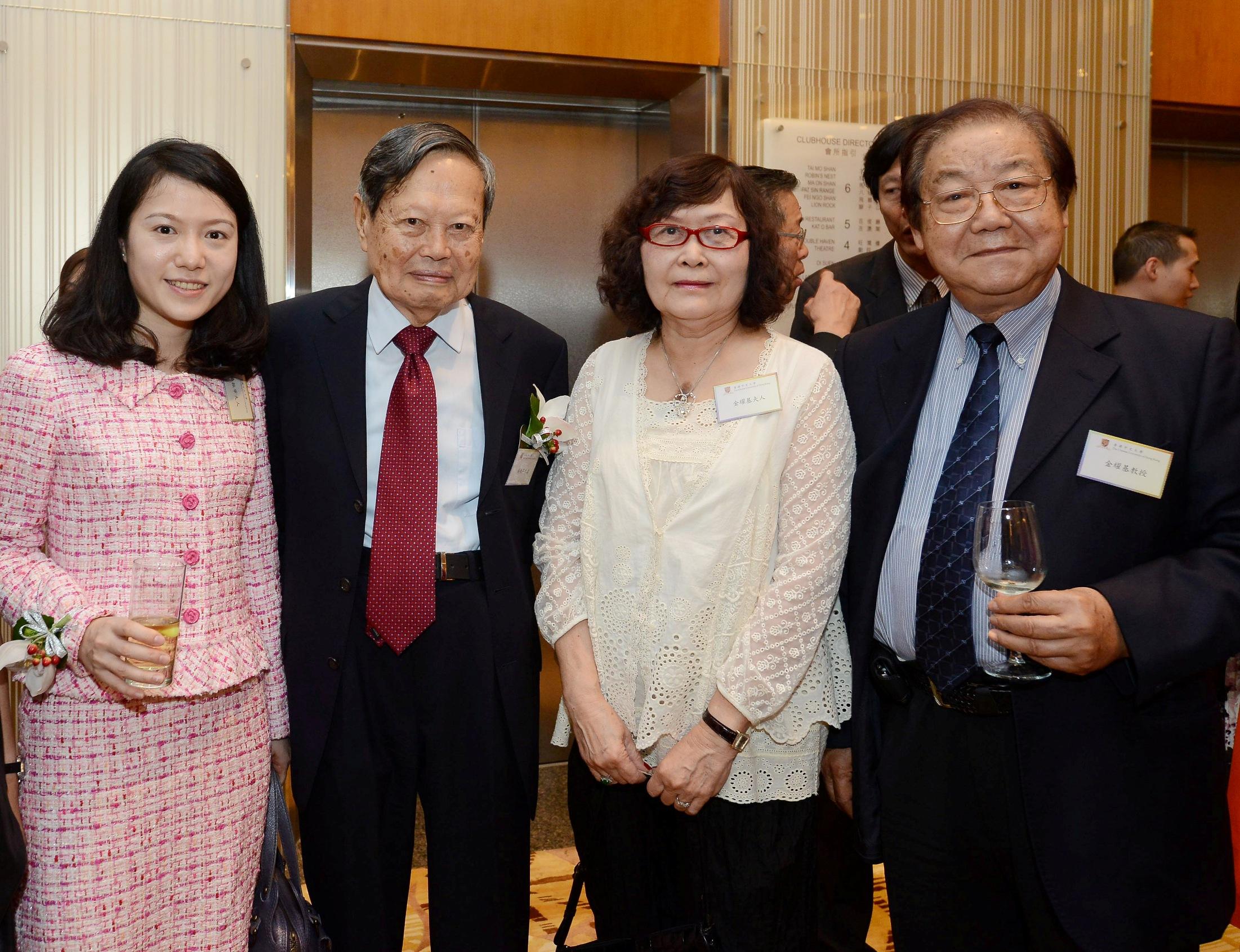 楊振寧教授伉儷與金耀基教授伉儷合照。