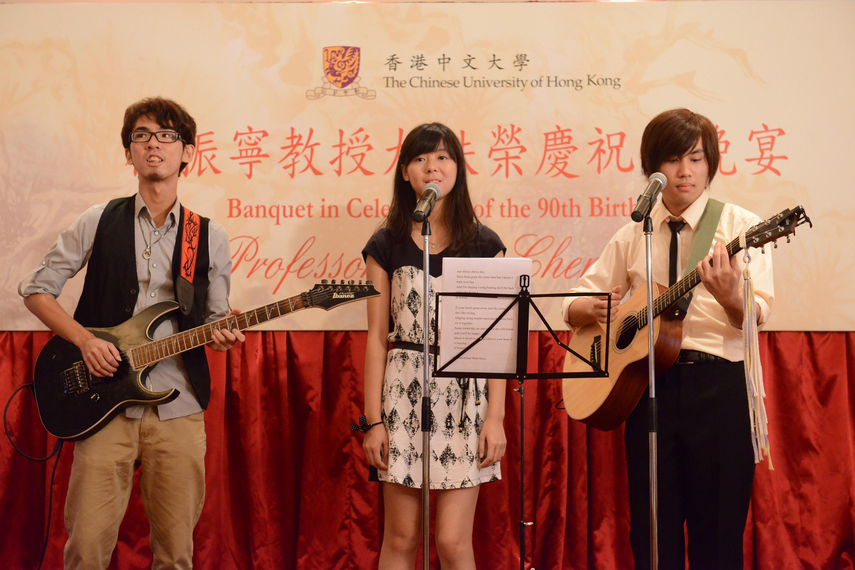 中大物理系學生向楊教授獻上音樂表演。