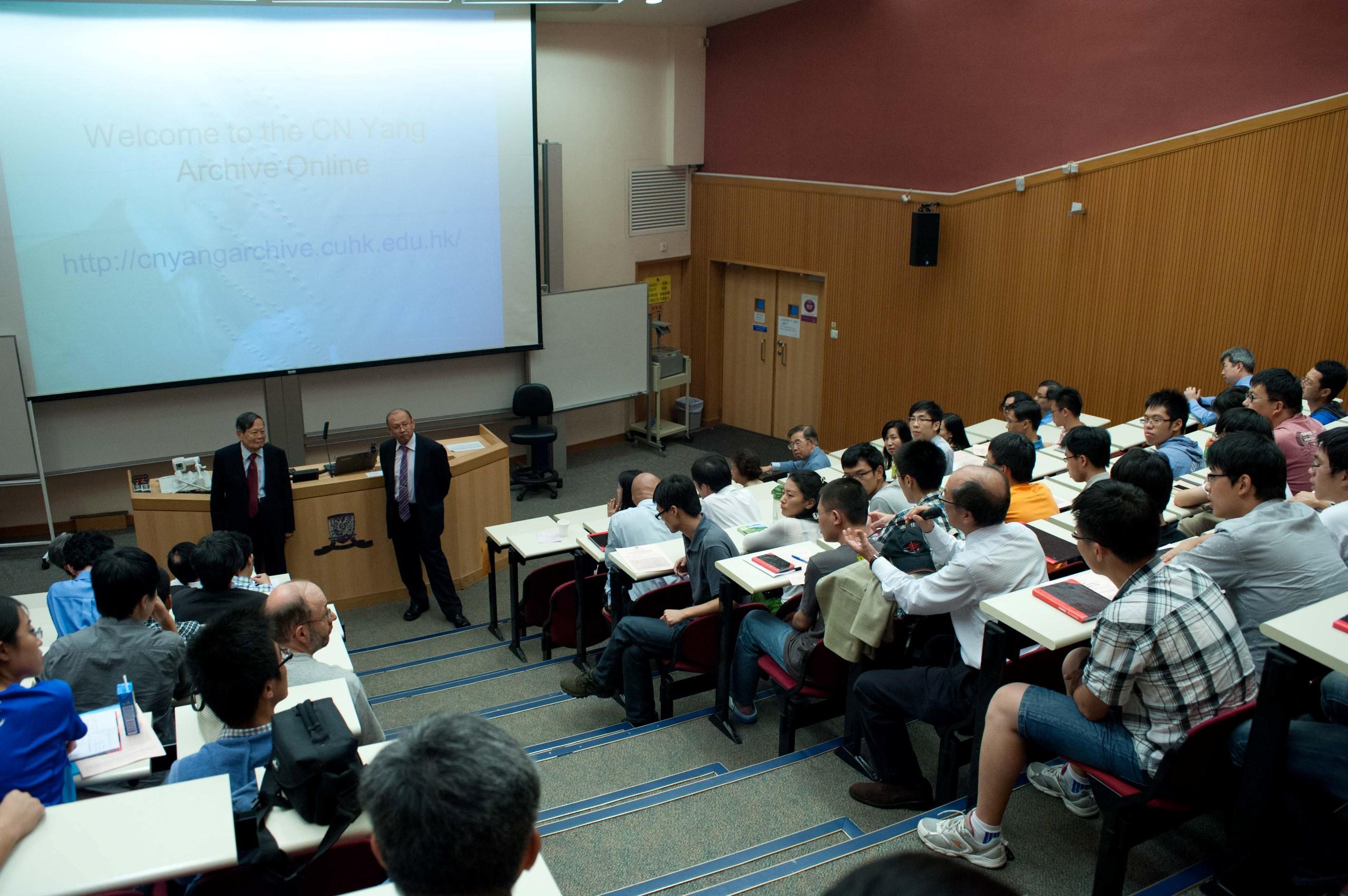 楊教授出席學術研討會,與師生交流。