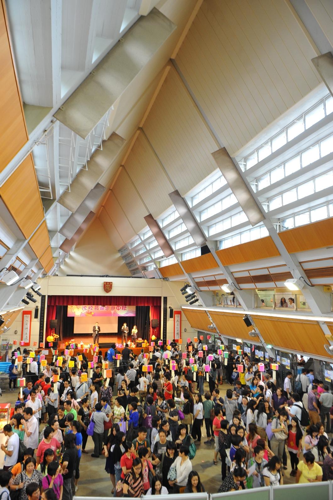 約六百名不同部門的教職員出席聯歡會,場面熱鬧。
