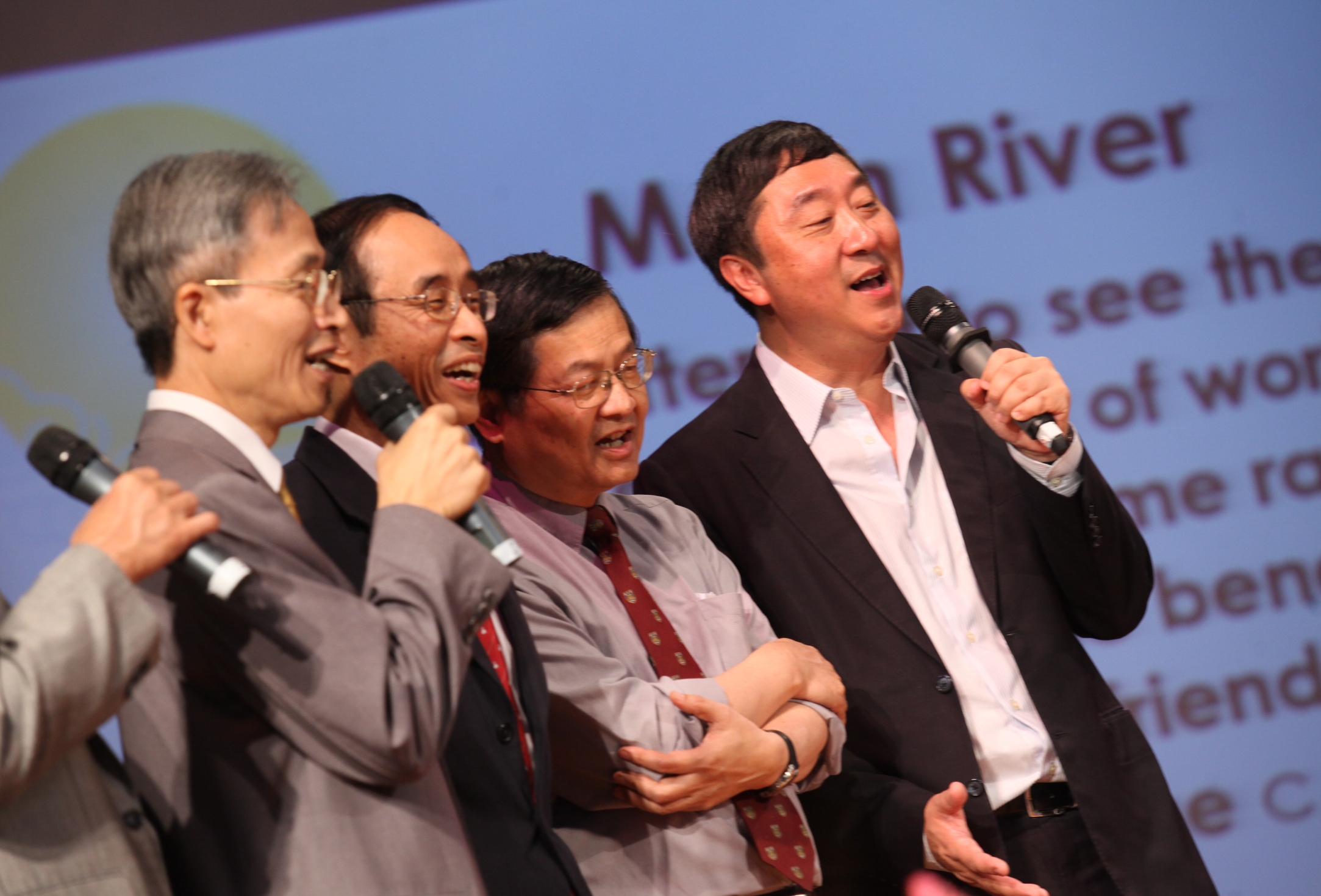 沈祖堯校長與同事合唱經典英語名曲「Moon River」,以應佳節。