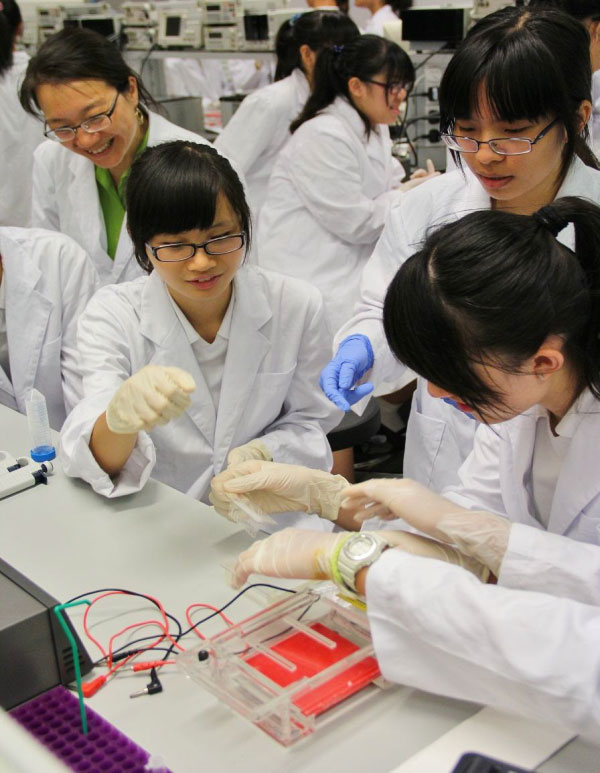 CUHK team members introduce genetic engineering and synthetic biology to high school students.