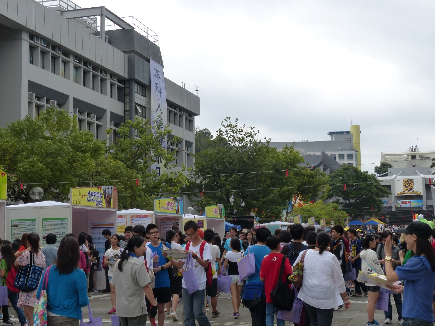 近六萬人蒞臨參觀中大,了解最新的入學資訊。