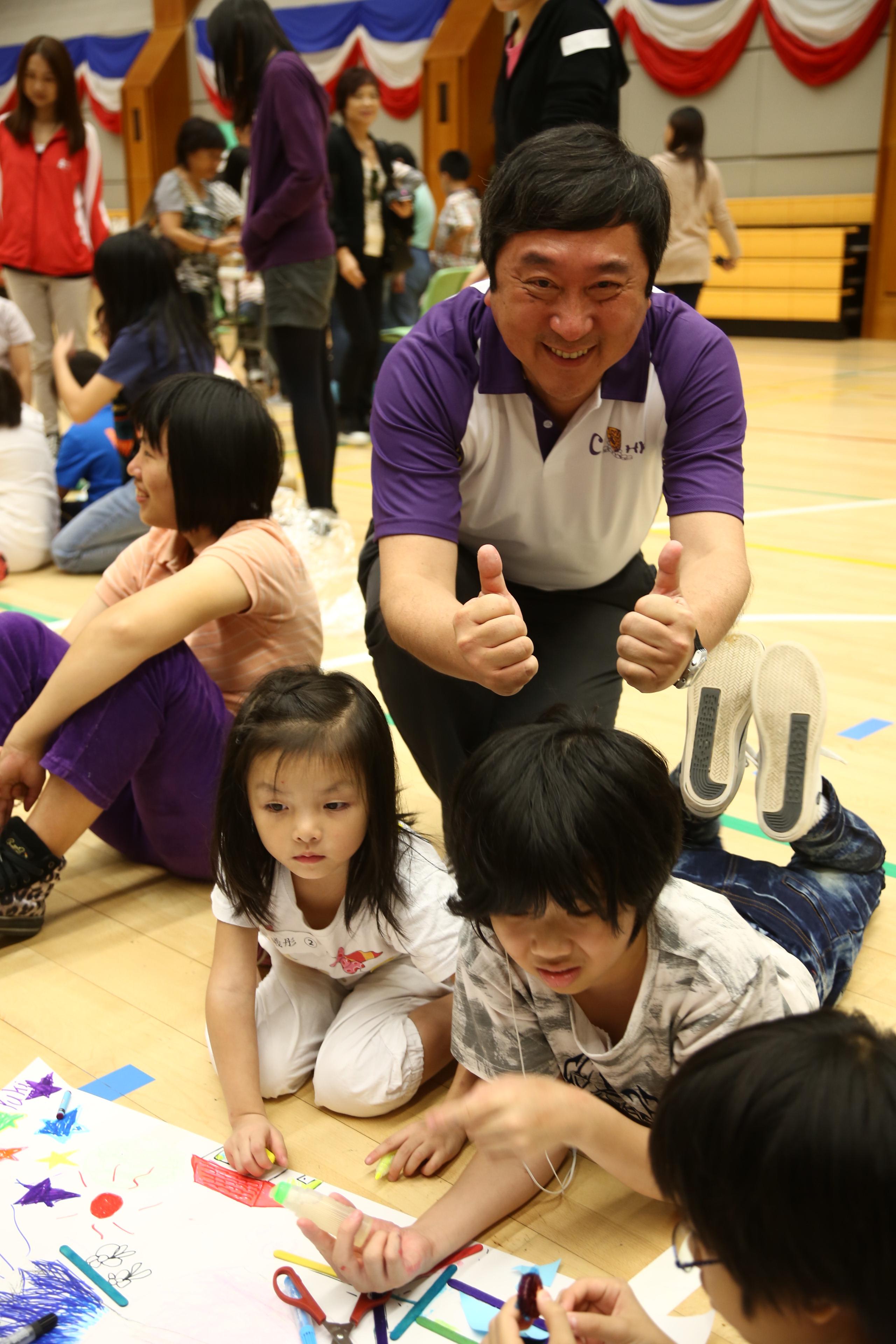 沈祖堯校長鼓勵參與遊戲的小朋友。