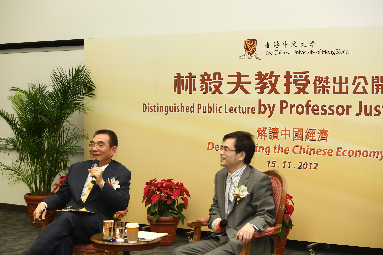 林毅夫教授(左)与中大伟伦经济学讲座教授及经济学系系主任张俊森教授在答问环节与观众交流。