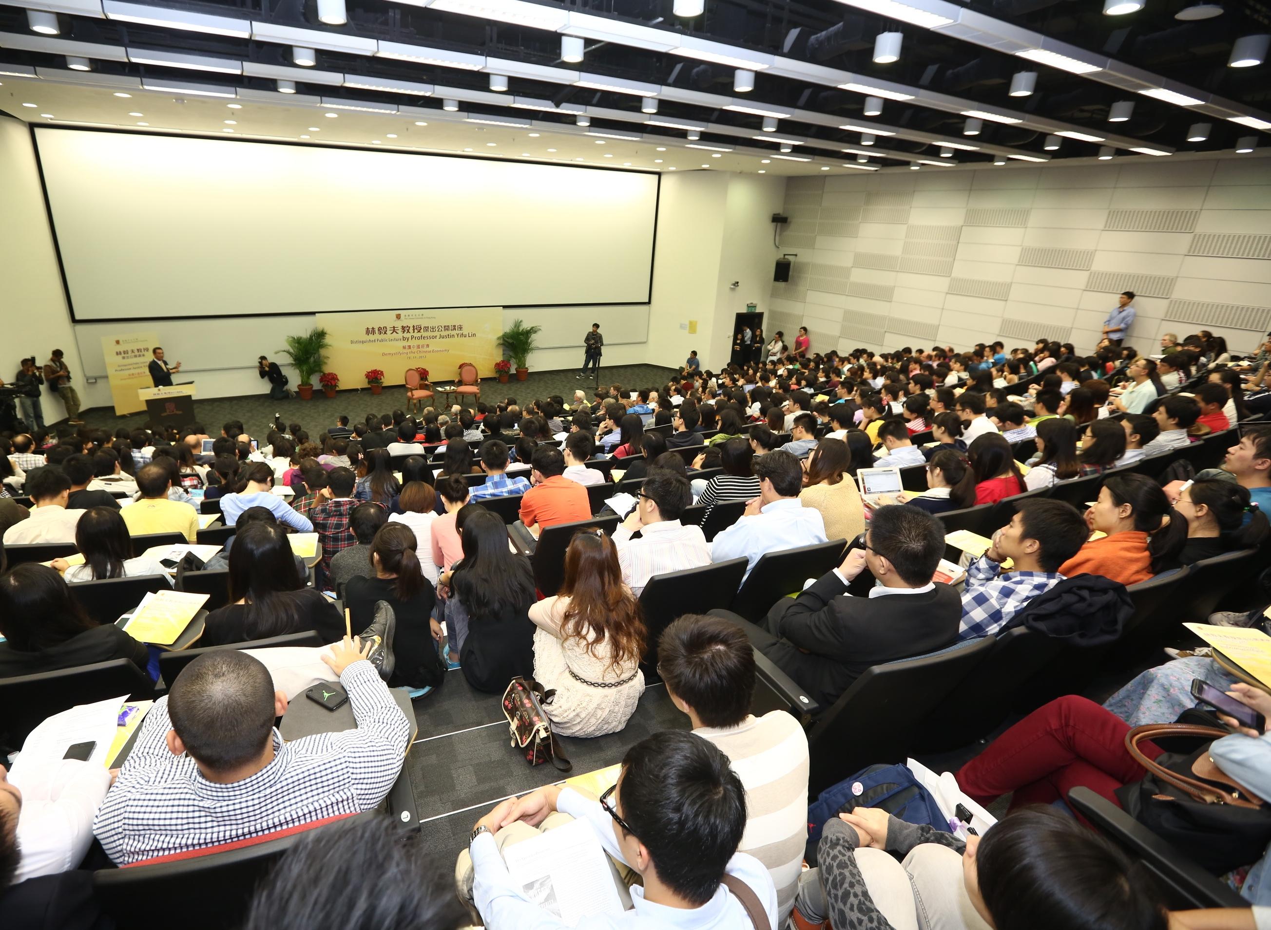 講座反應熱烈,不少聽講者席地而坐。