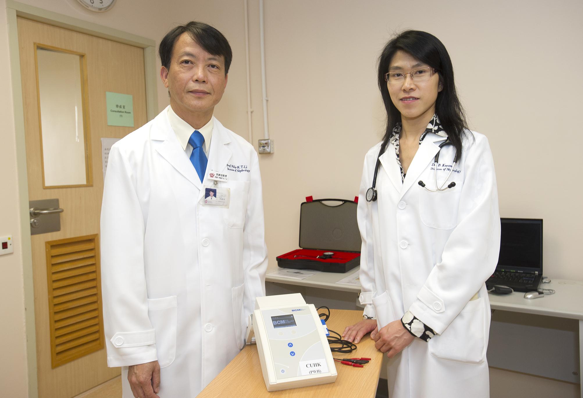 中大內科及藥物治療學系腎臟科主管兼名譽教授李錦滔教授(左)及副教授關清霞教授展示生物阻抗多頻譜儀器