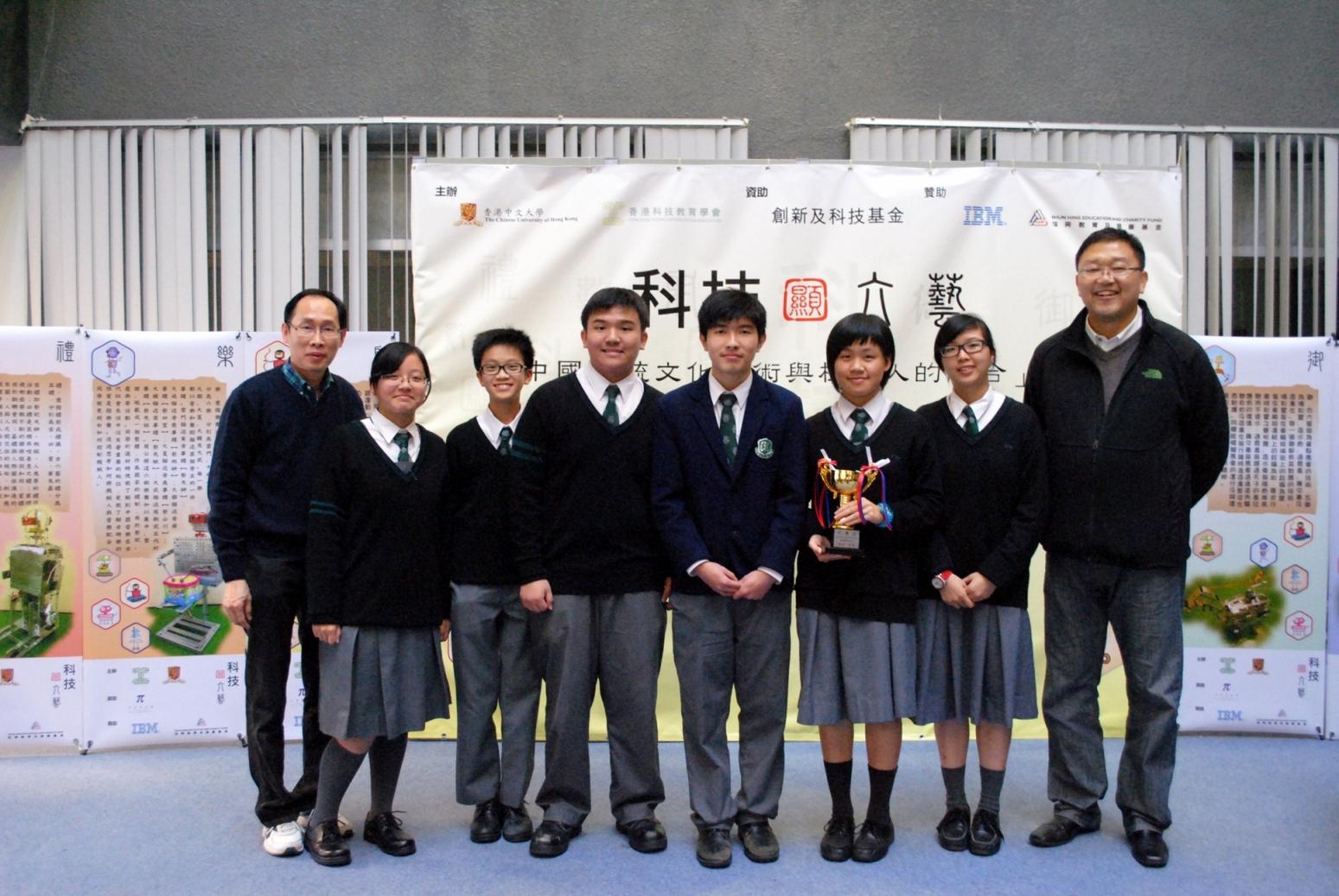 「科技顯六藝」機械人創意比賽「禮」藝組一等獎得主 - 張沛松紀念中學,手持獎杯者為林泳珊同學。