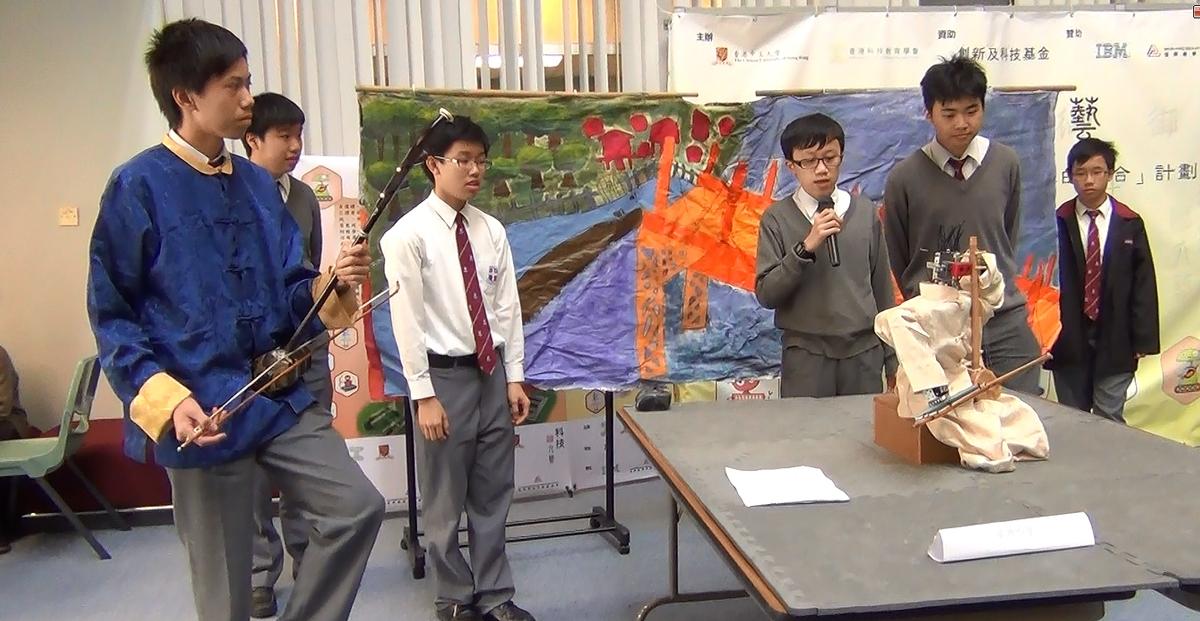 「科技显六艺」机械人创意比赛「乐」艺组二等奖得主 - 卫理中学的同学向评判展示其作品。