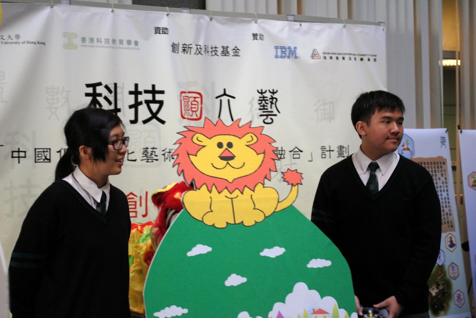 「科技顯六藝」機械人創意比賽「禮」藝組一等獎得主 - 張沛松紀念中學的同學講解其作品特色。