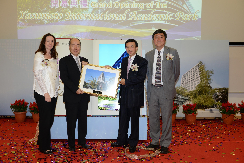 Dr. Vincent Cheng presents a souvenir to Dr. & Mrs. Alex Yasumoto.