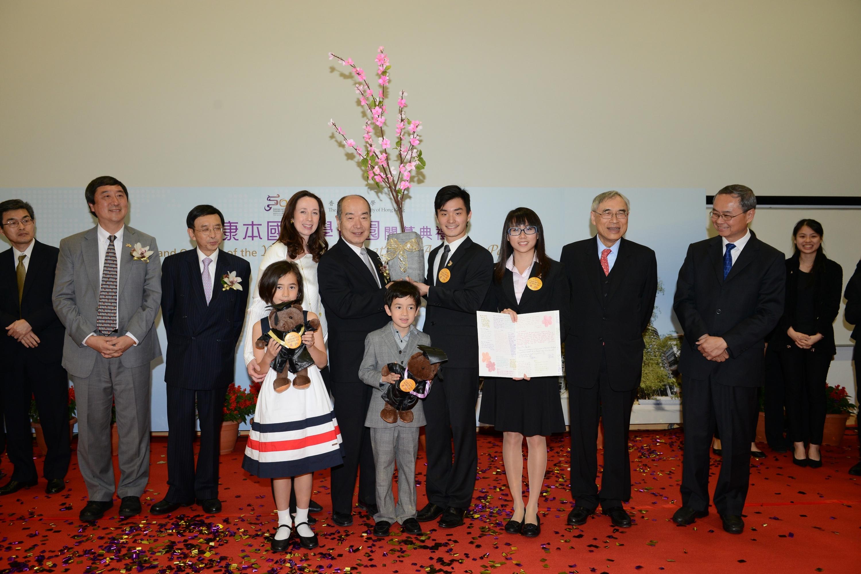 The representatives of Yasumoto scholars present souvenirs to Dr. & Mrs. Alex Yasumoto.