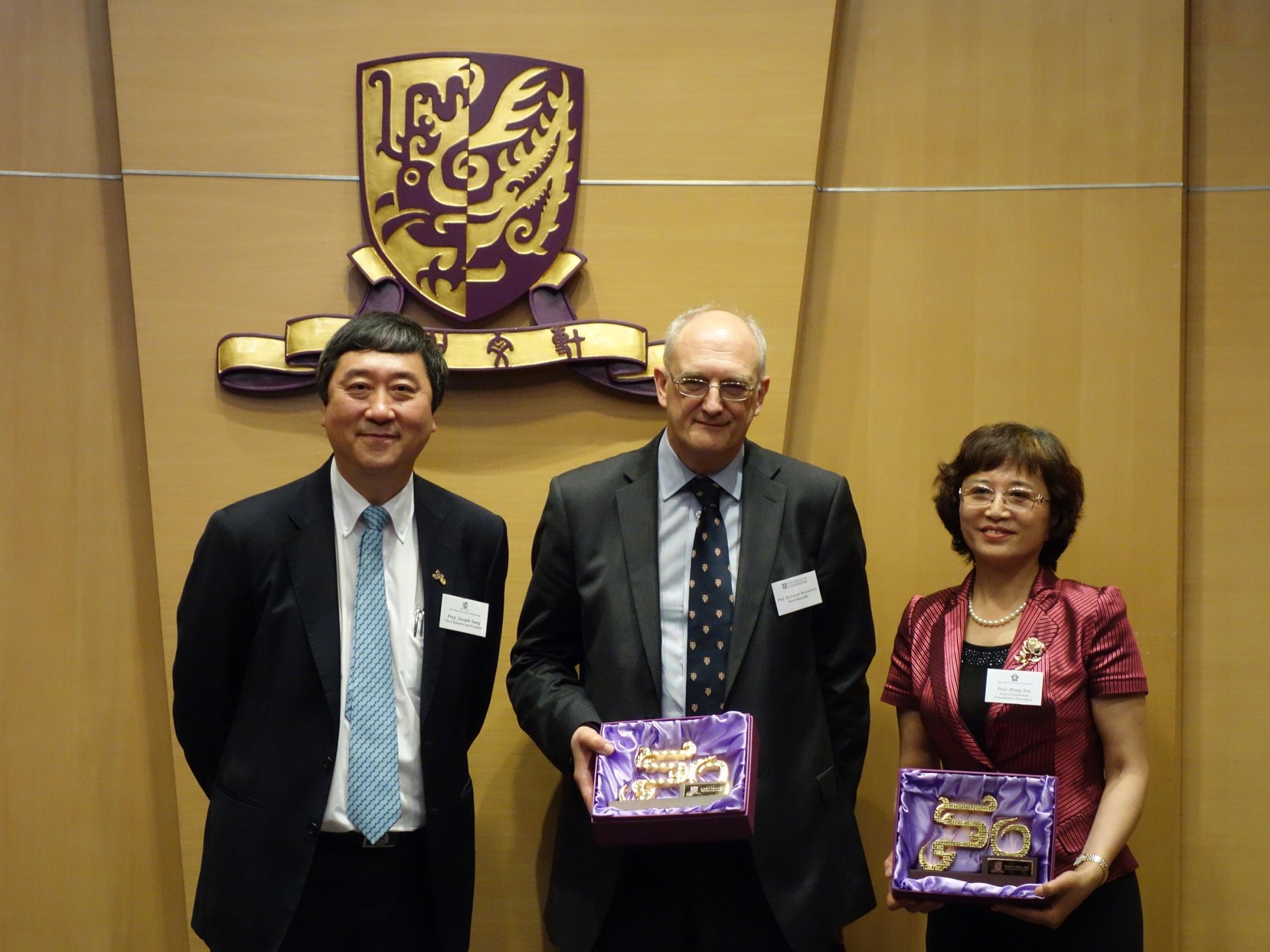 中大校長沈祖堯教授頒贈紀念品予劍橋大學校長樂詩克.伯瑞謝維茲爵士(中)及中國殘疾人聯合會康復部主任尤紅教授(右)。