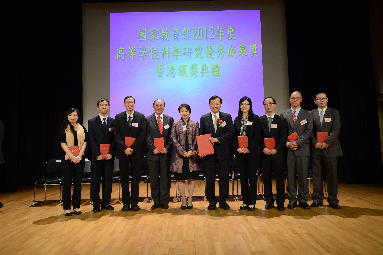 一眾獲獎中大學者與香港特別行政區政府教育局常任秘書長謝凌潔貞女士(左五)合照。