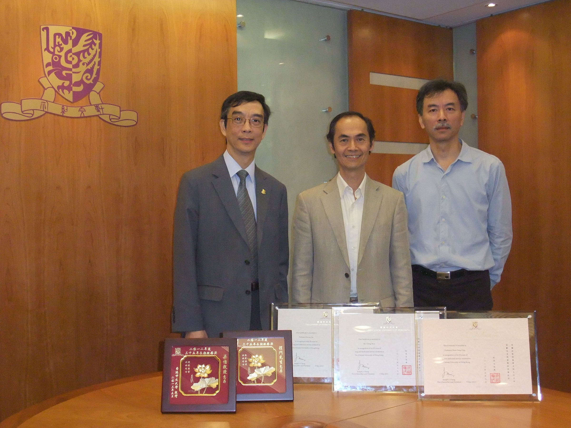 (From left) Prof. Shaw Pang-chui, Professor, School of Life Sciences; Prof. Leung Yee, Research Professor, Department of Geography and Resource Management; and Mr. Ching Mun, Estate Manager (Building Services Section), Estate Management Office, share unforgettable experience in CUHK.