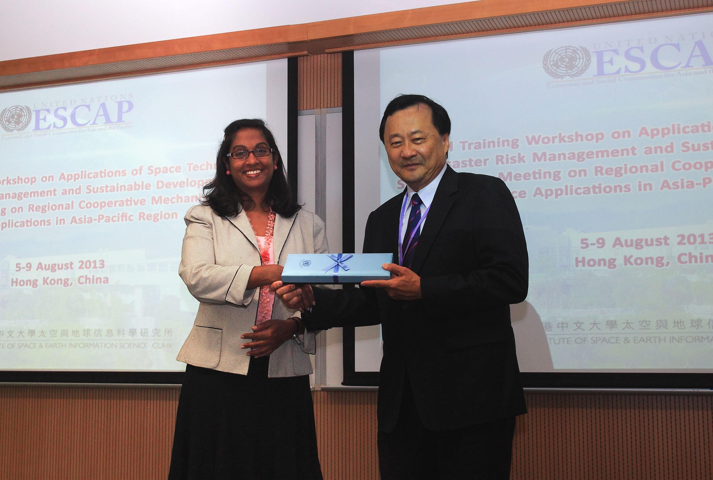 亞太經社會信息通訊技術與減災司司長Shamika Sirimanne博士(左)與中大常務副校長華雲生教授互贈紀念品。