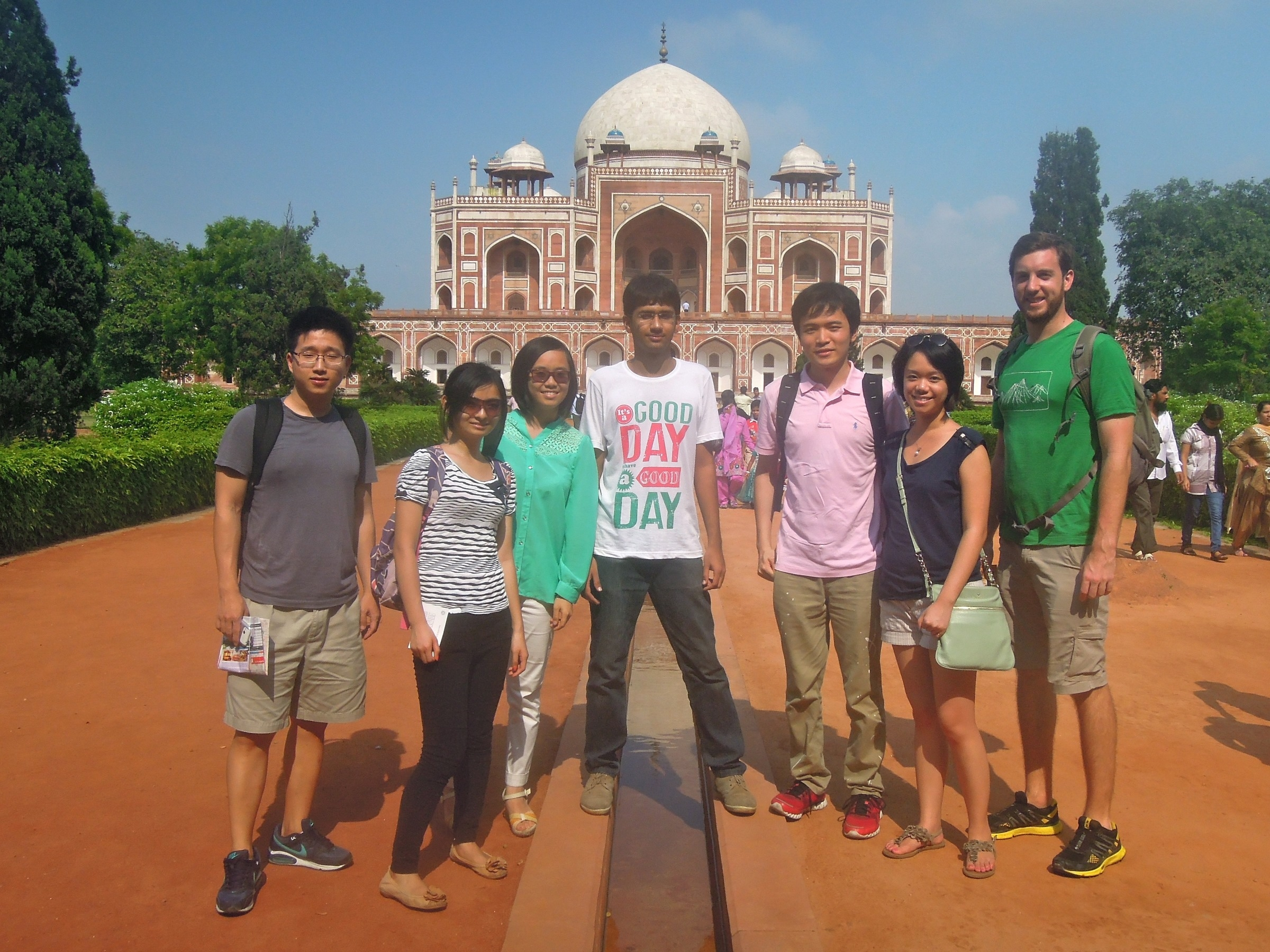 Li Weijia, Cindy (2nd left) visited the Humayun's tomb in New Dehli.