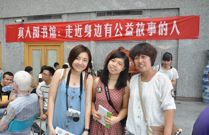 CHAN Yuk Kwan, Zita (left) participated in a variety of charitable events in Xian.