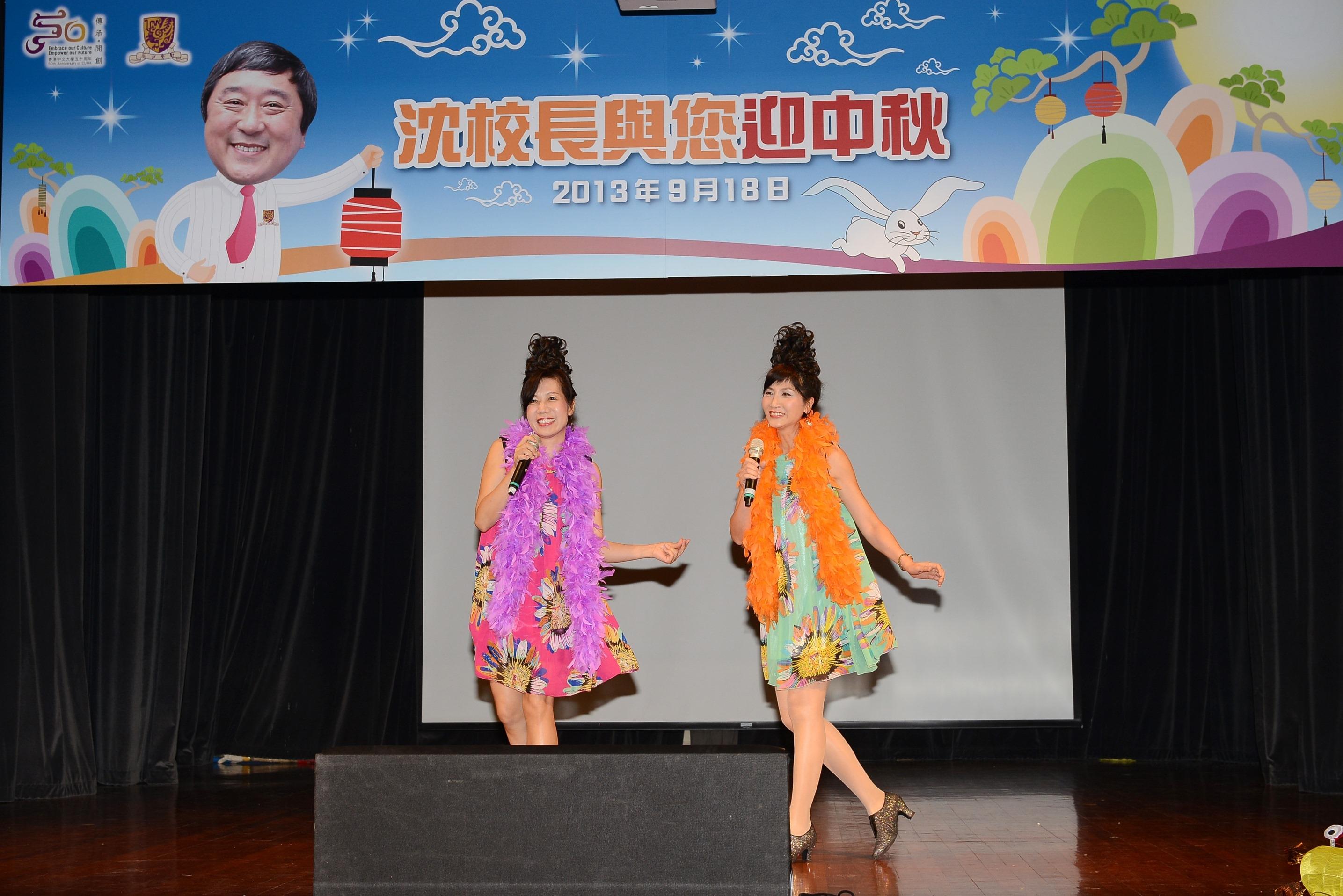 扮相維妙維肖的「筷子姊妹花」。