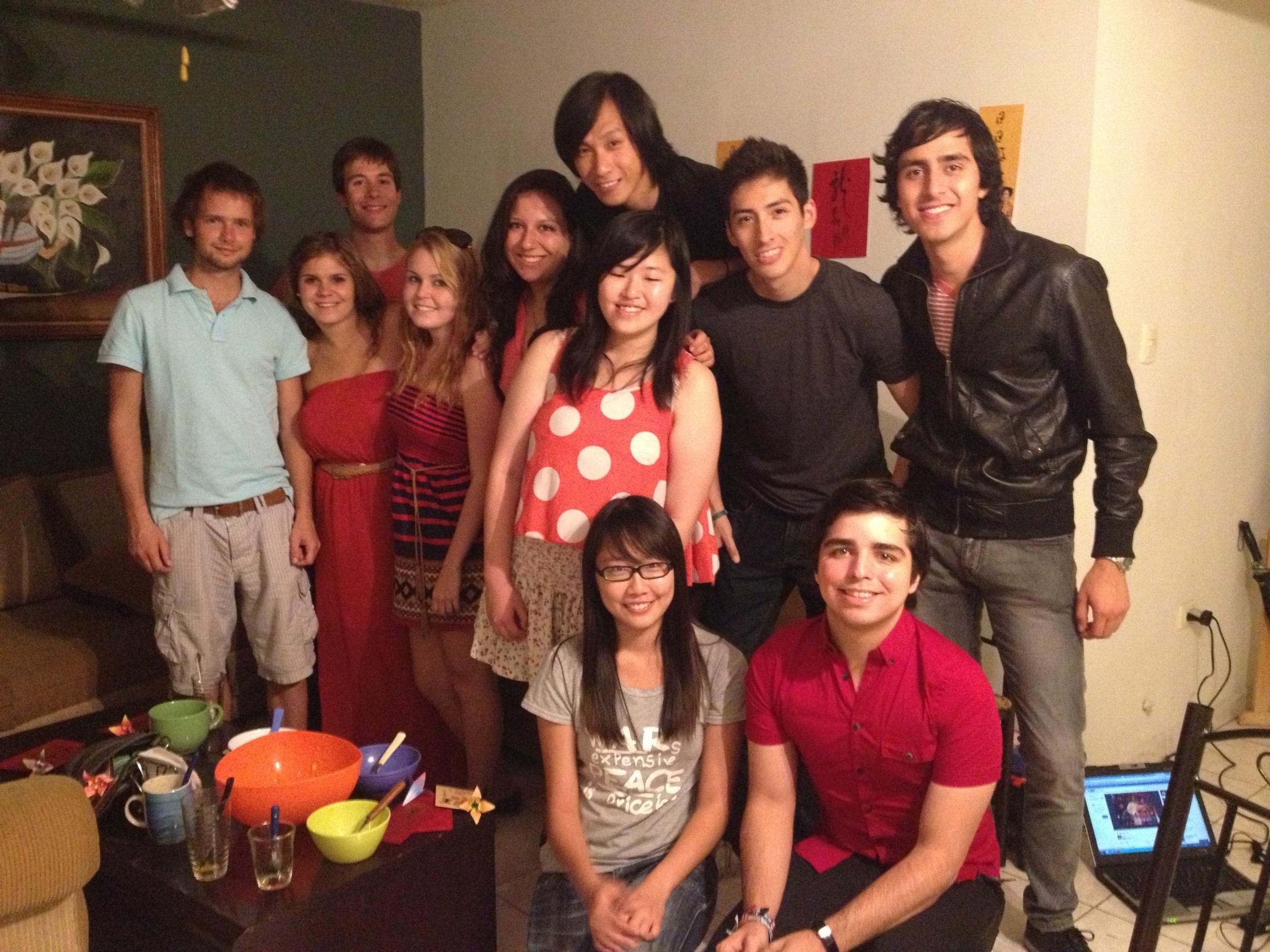 陳子晴(前排左一)與墨西哥蒙特雷科技大學的同學合照。
