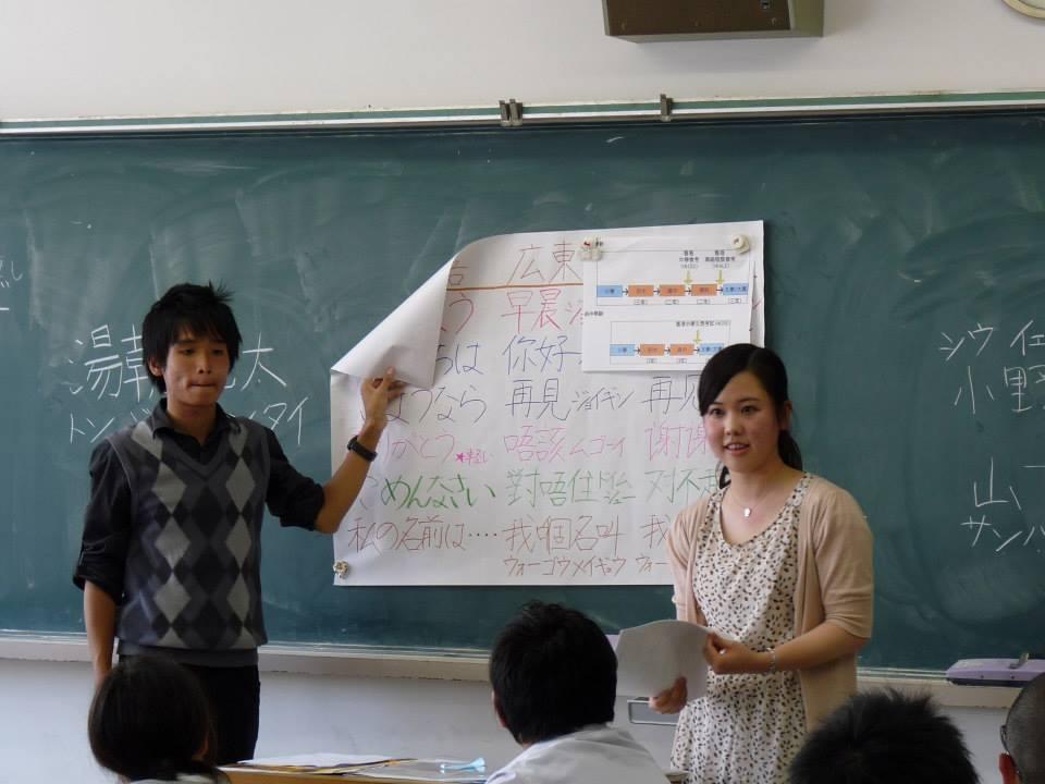 李曉峰(左)向日本的中小學生介紹香港。