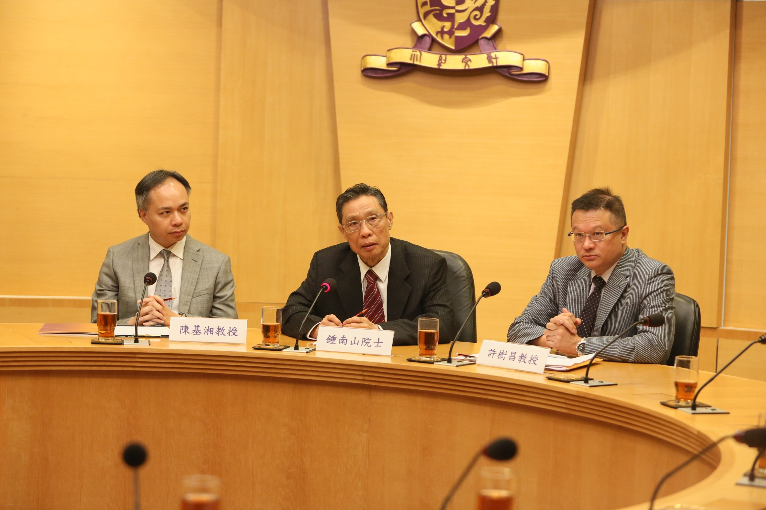 A panel discussion session after the lecture by Prof. Zhong Nanshan (middle), Prof. David Shu-cheong Hui, Head of Division of Respiratory Medicine, Department of Medicine and Therapeutics, and Director of Stanley Ho Centre for Emerging Infectious Diseases (right); and Prof. Paul Kay-sheung Chan, Chairman of Department of Microbiology and Deputy Director of Stanley Ho Centre for Emerging Infectious Diseases, CUHK.
