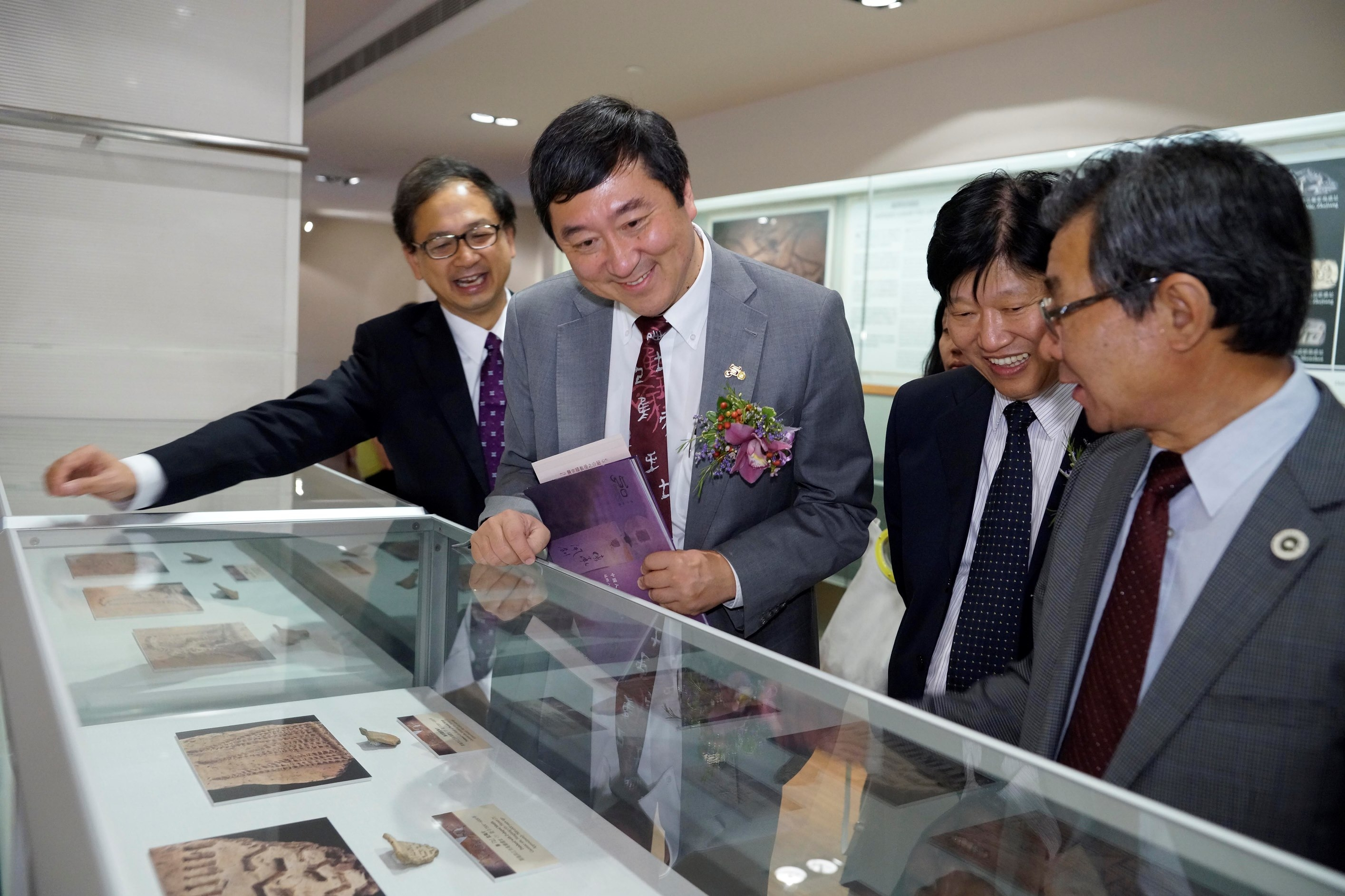 (From left) Prof. Tang Chung, Prof. Joseph Sung, Mr. He Gang and Prof. Bai Yunxiang viewing the artefacts together.
