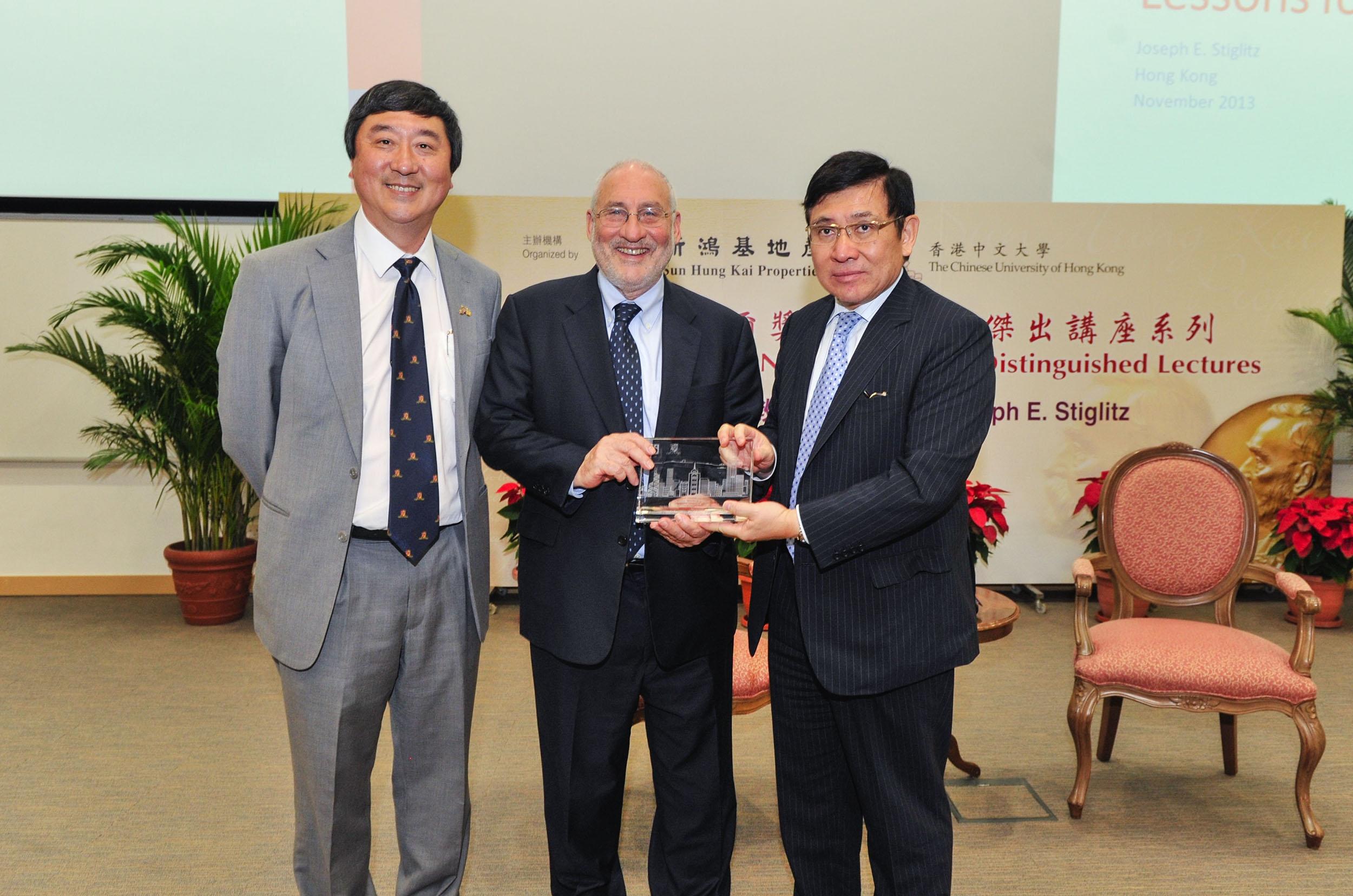 中大校长沈祖尧教授(左一)与新地主席兼董事总经理郭炳联博士(右一)致送纪念品予2001年诺贝尔经济学奖得奖学人斯蒂格利茨教授。