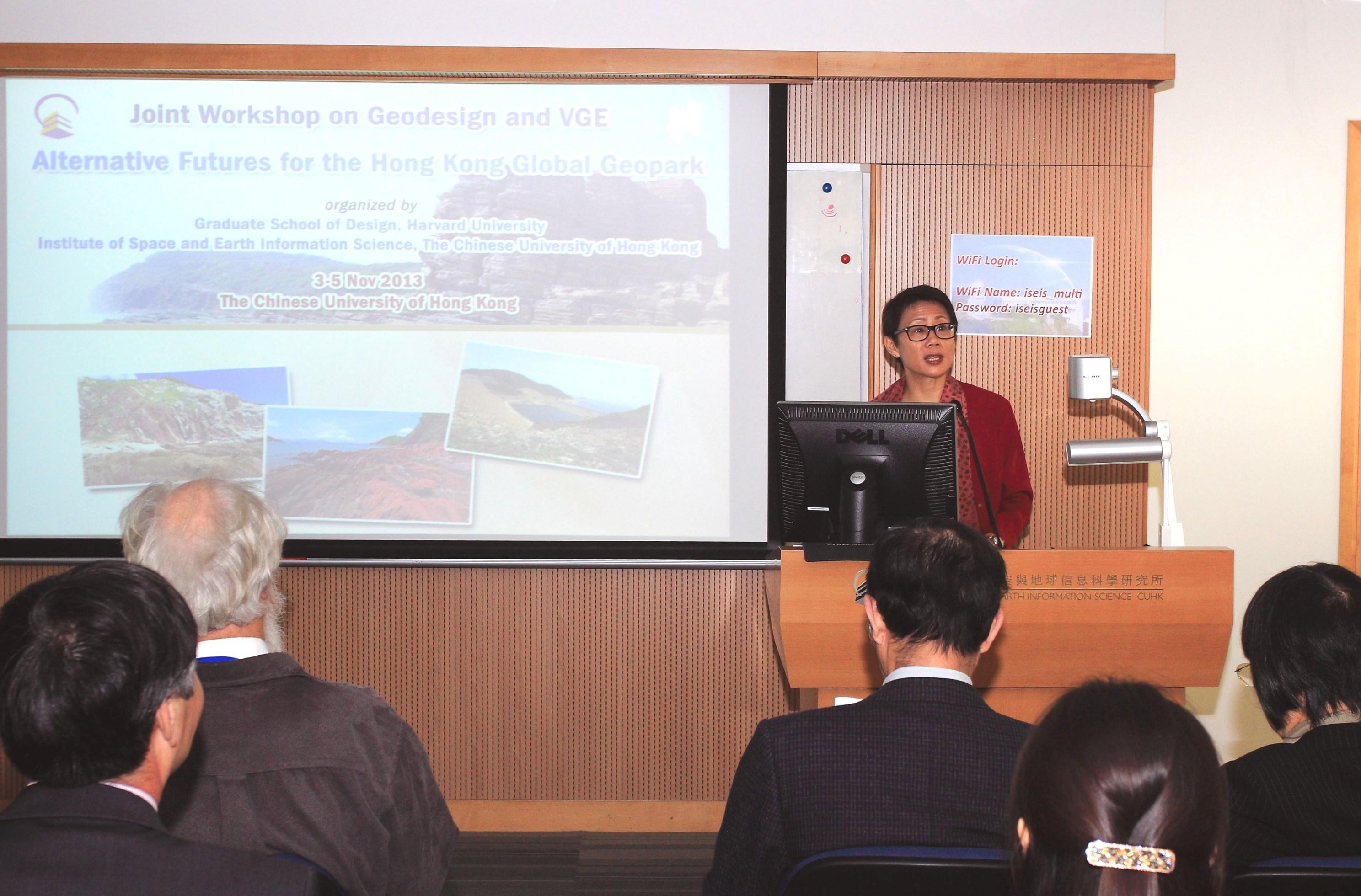 香港特区政府环境局副局长陆恭蕙博士致欢迎辞。