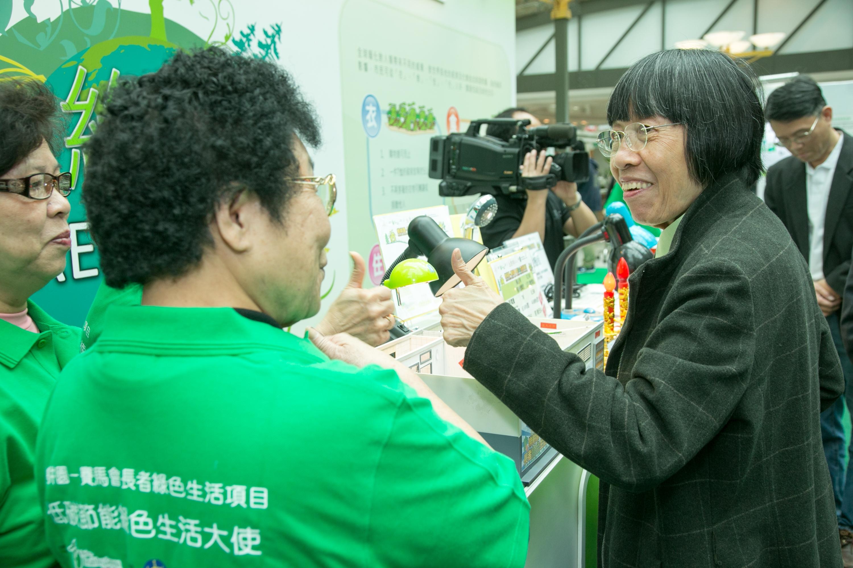 嘉宾参观互动资讯及游戏摊位。