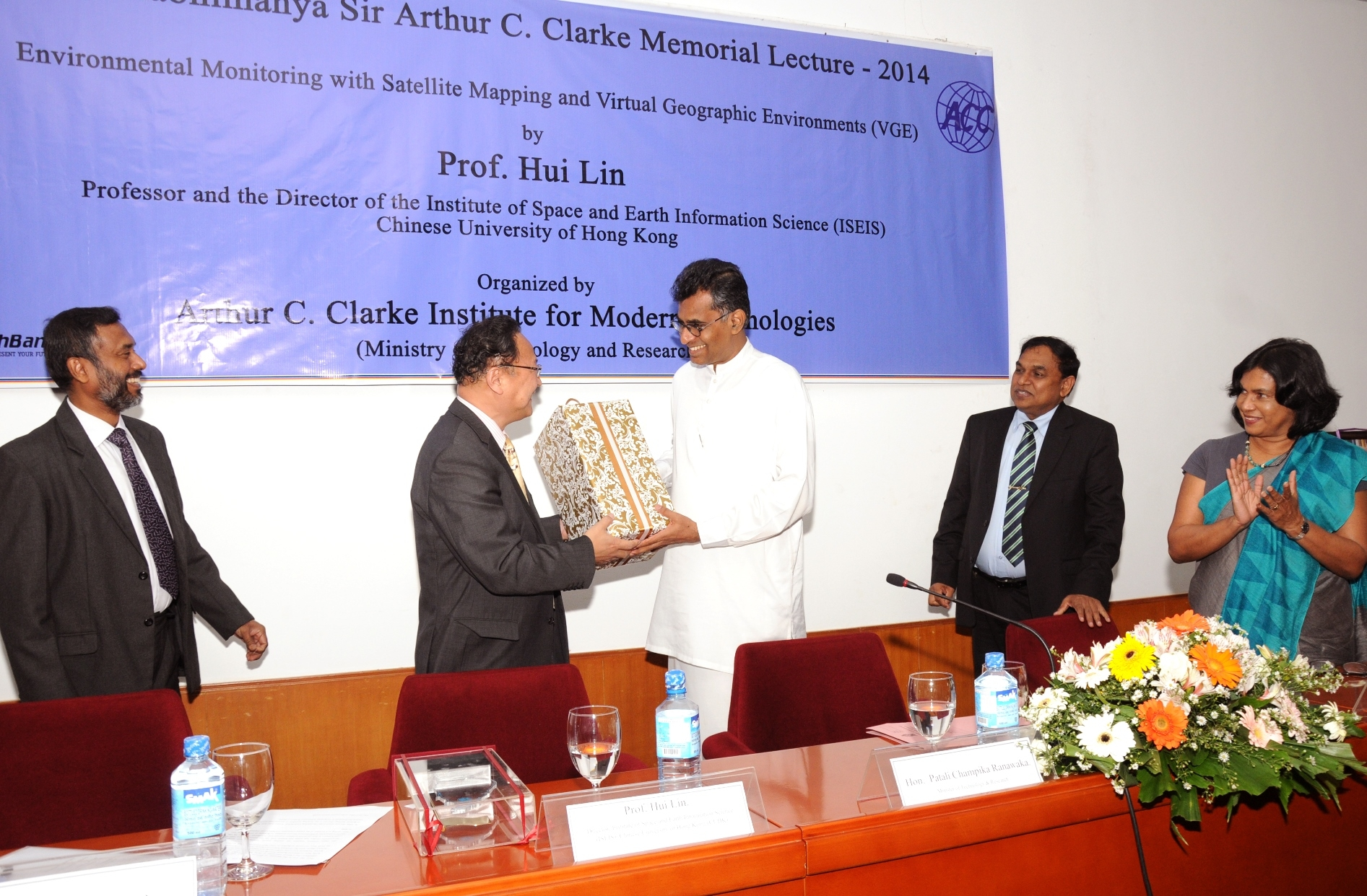 Mr. Patali Champika Ranawaka, Hon. Minister of Technology and Research in Sri Lanka presents a souvenir to Prof. Lin Hui.
