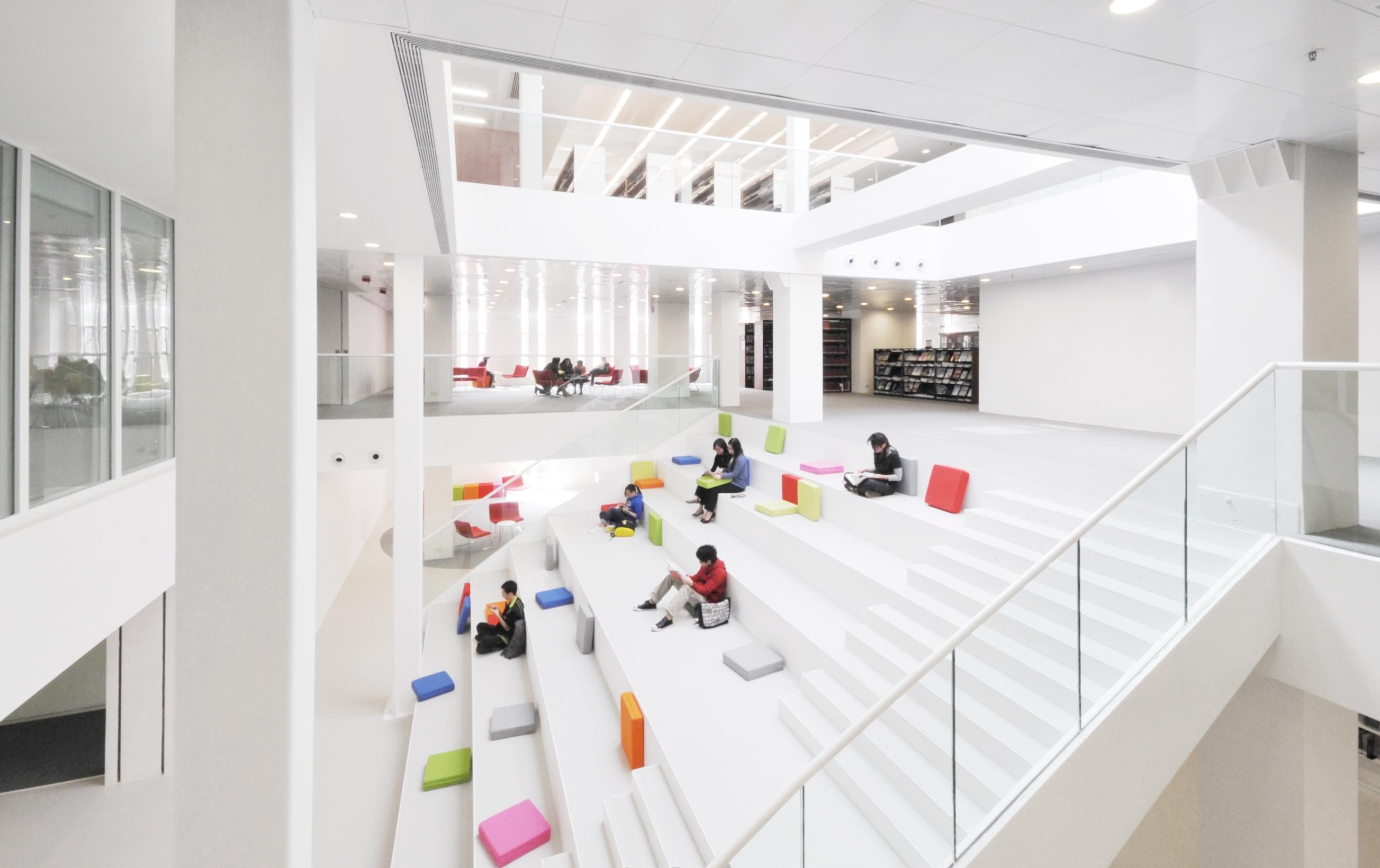 圖書館的中庭連接不同樓層,同時成為開揚的閱讀台階(照片由Angela Pang提供)