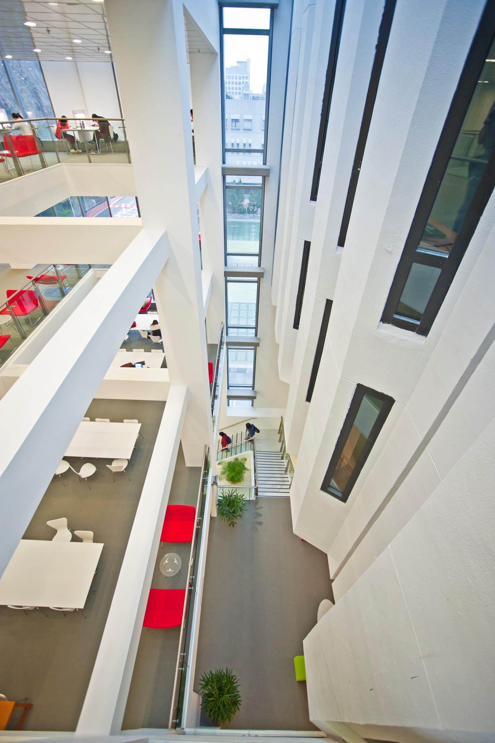 圖書館主樓(右)的外牆保留,與新翼(左)融合