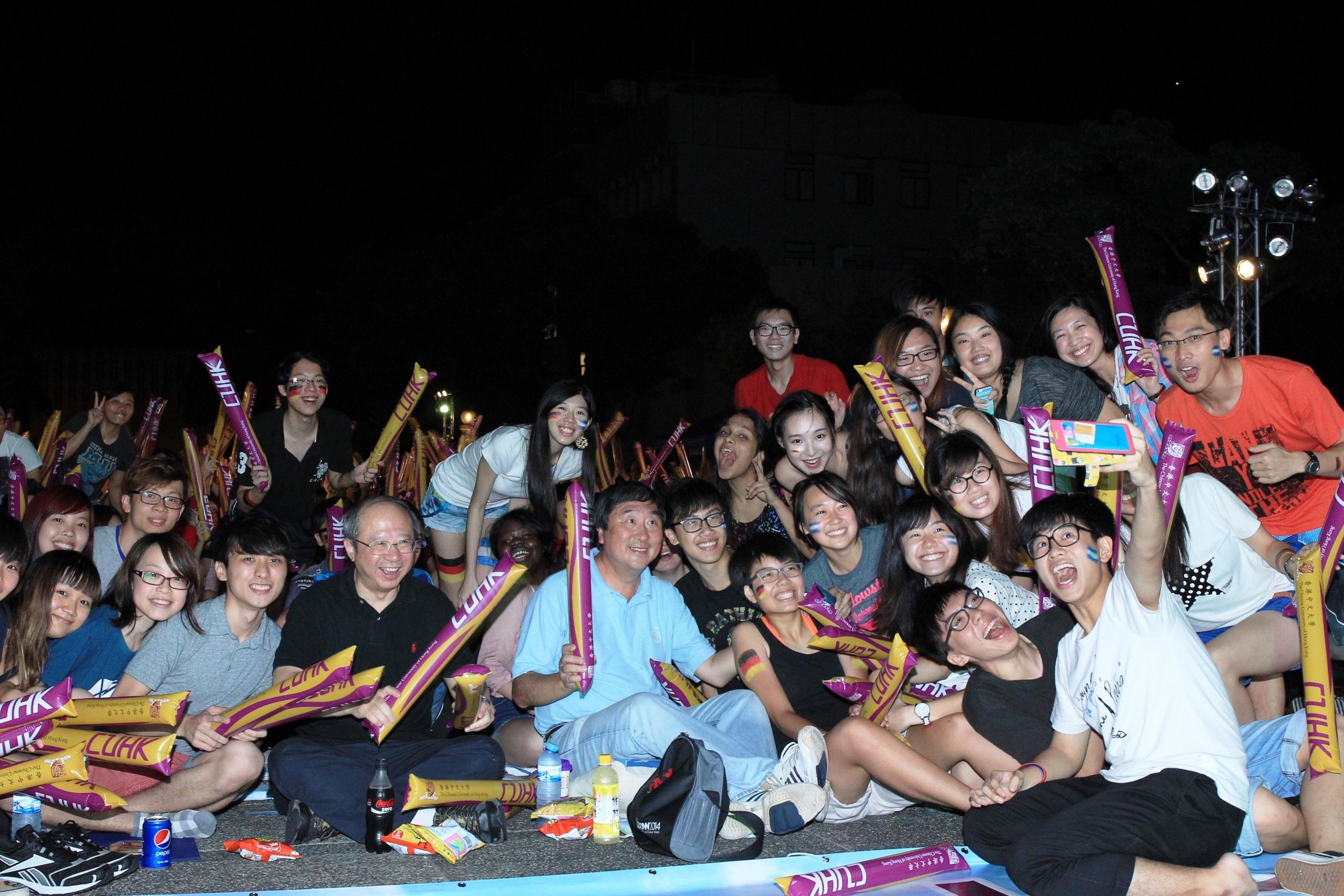 沈祖尧校长与千五名师生校友于百万大道观看世界杯决赛。