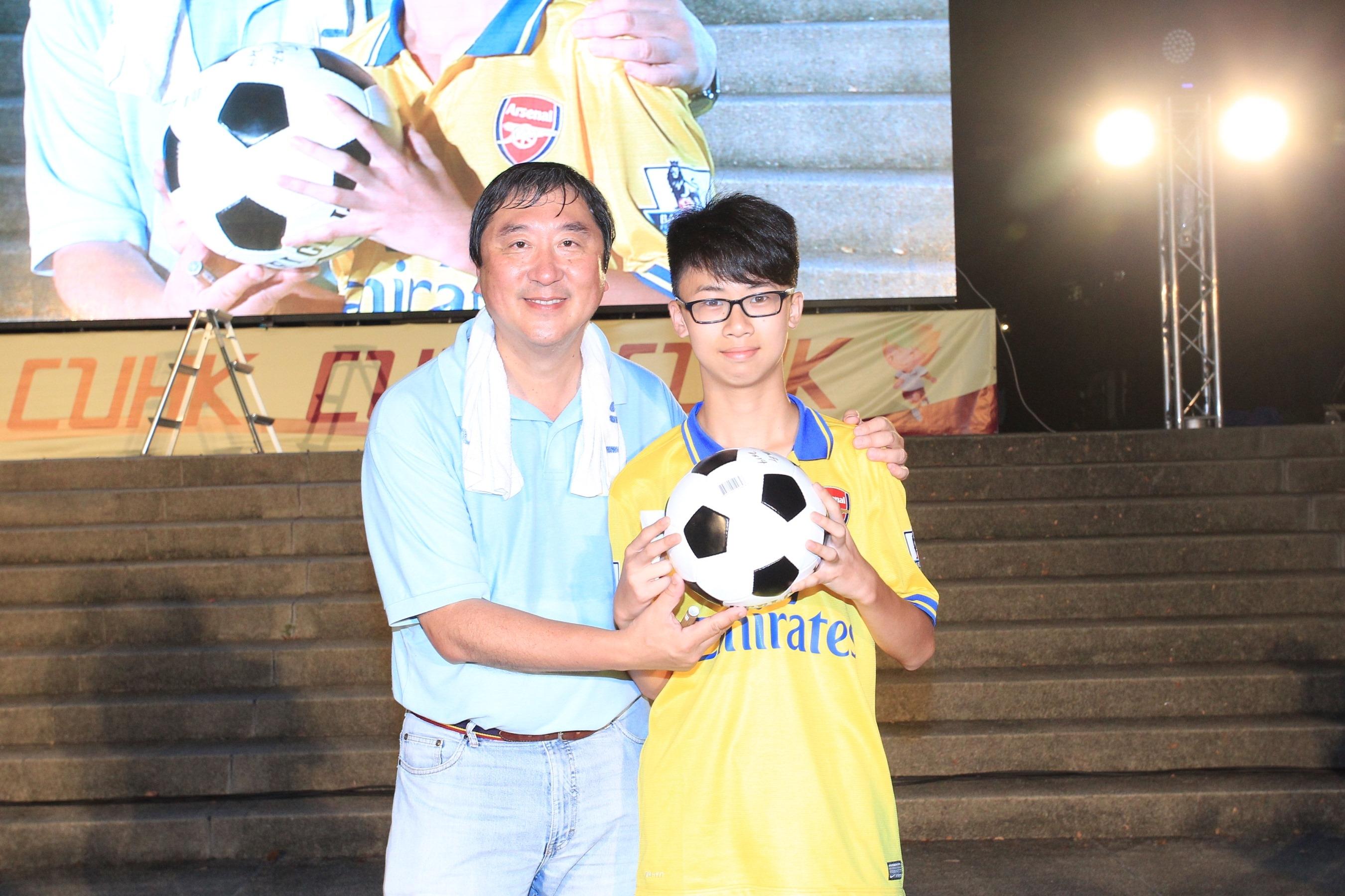 沈校长送出亲笔签名的足球予幸运儿。