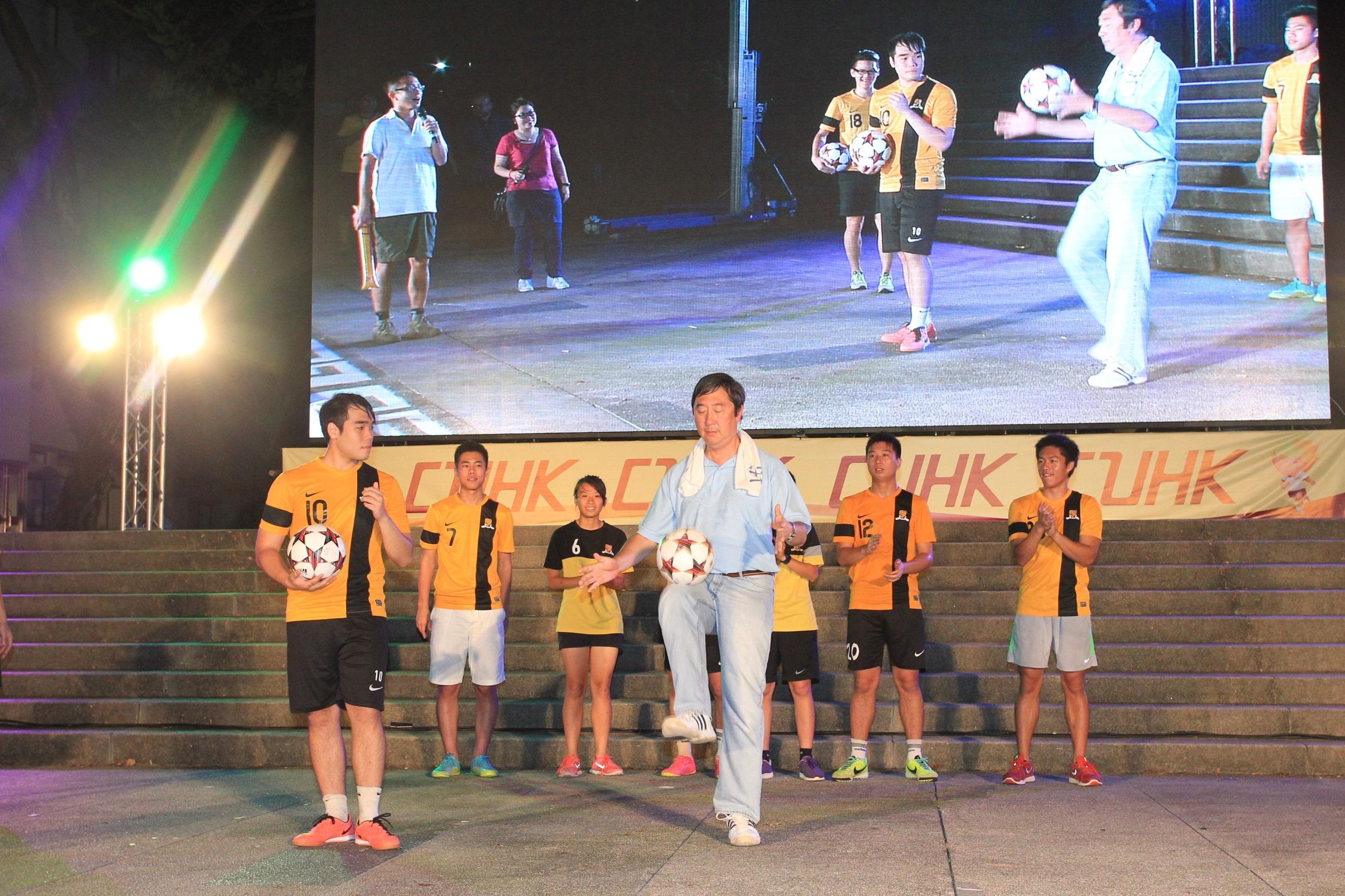 沈校长与中大足球队同场献技。