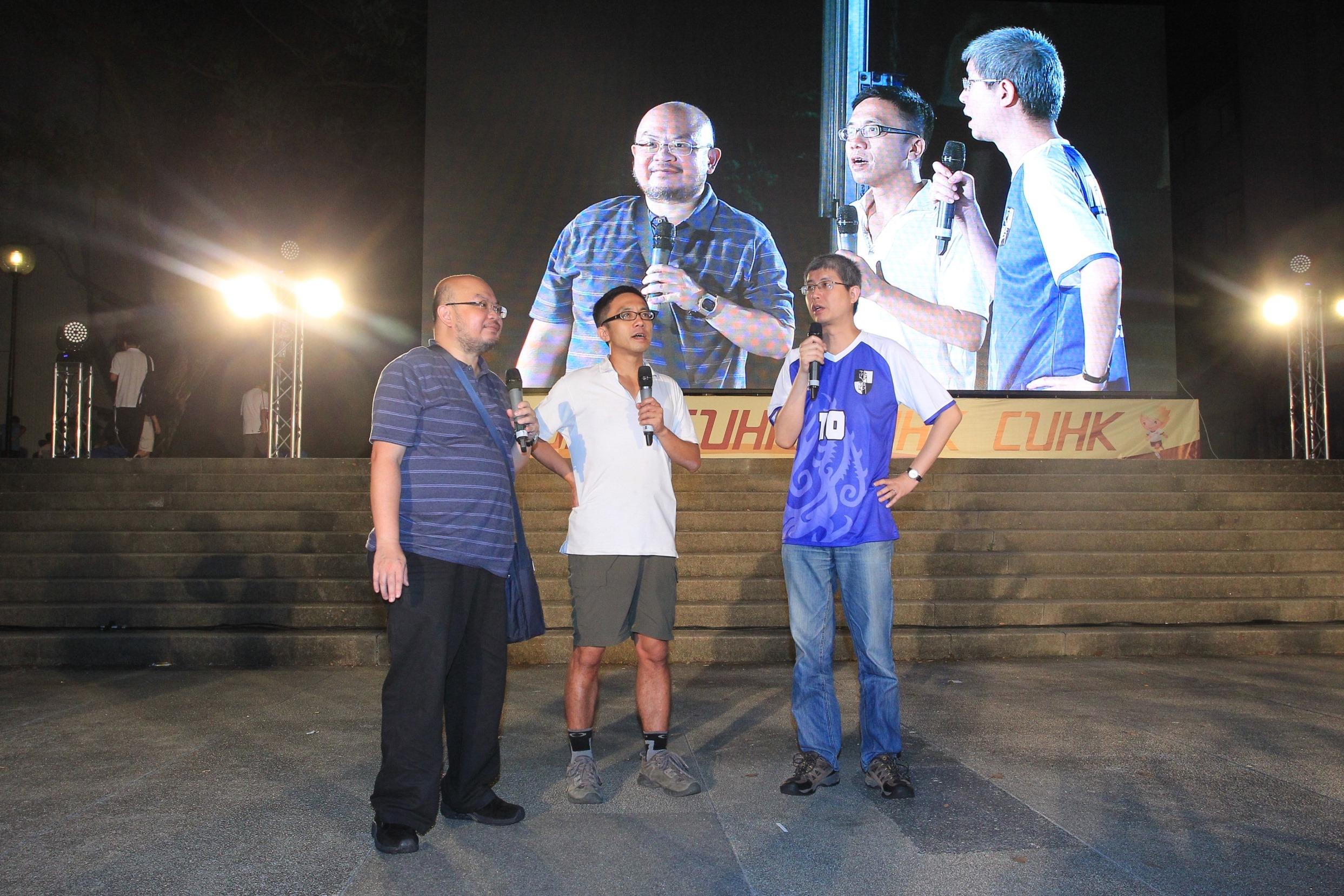 大会司仪区家麟先生(中)及客串足球评述员的蔡子强先生(左)和马岳教授。
