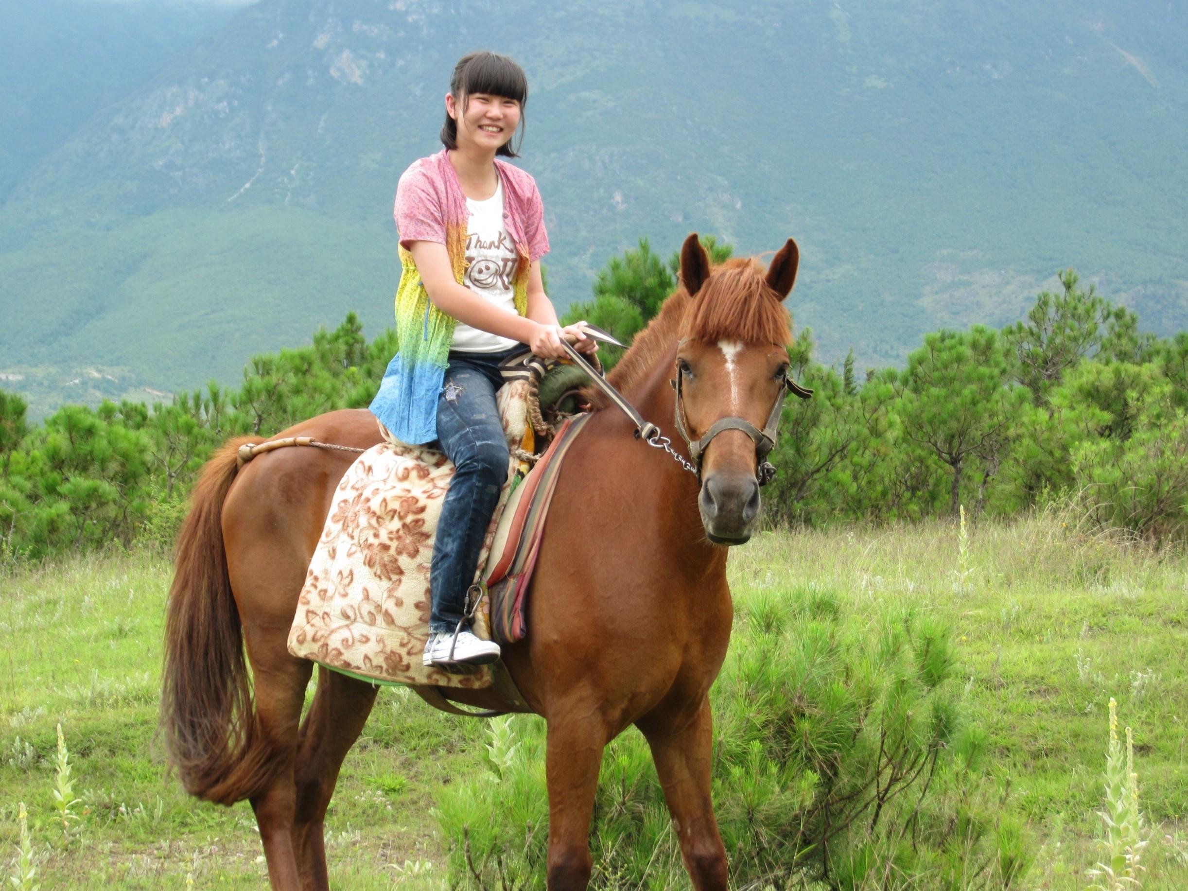 李杭蔚是拉祜族人,精于葫芦丝、古筝、钢琴等乐器。