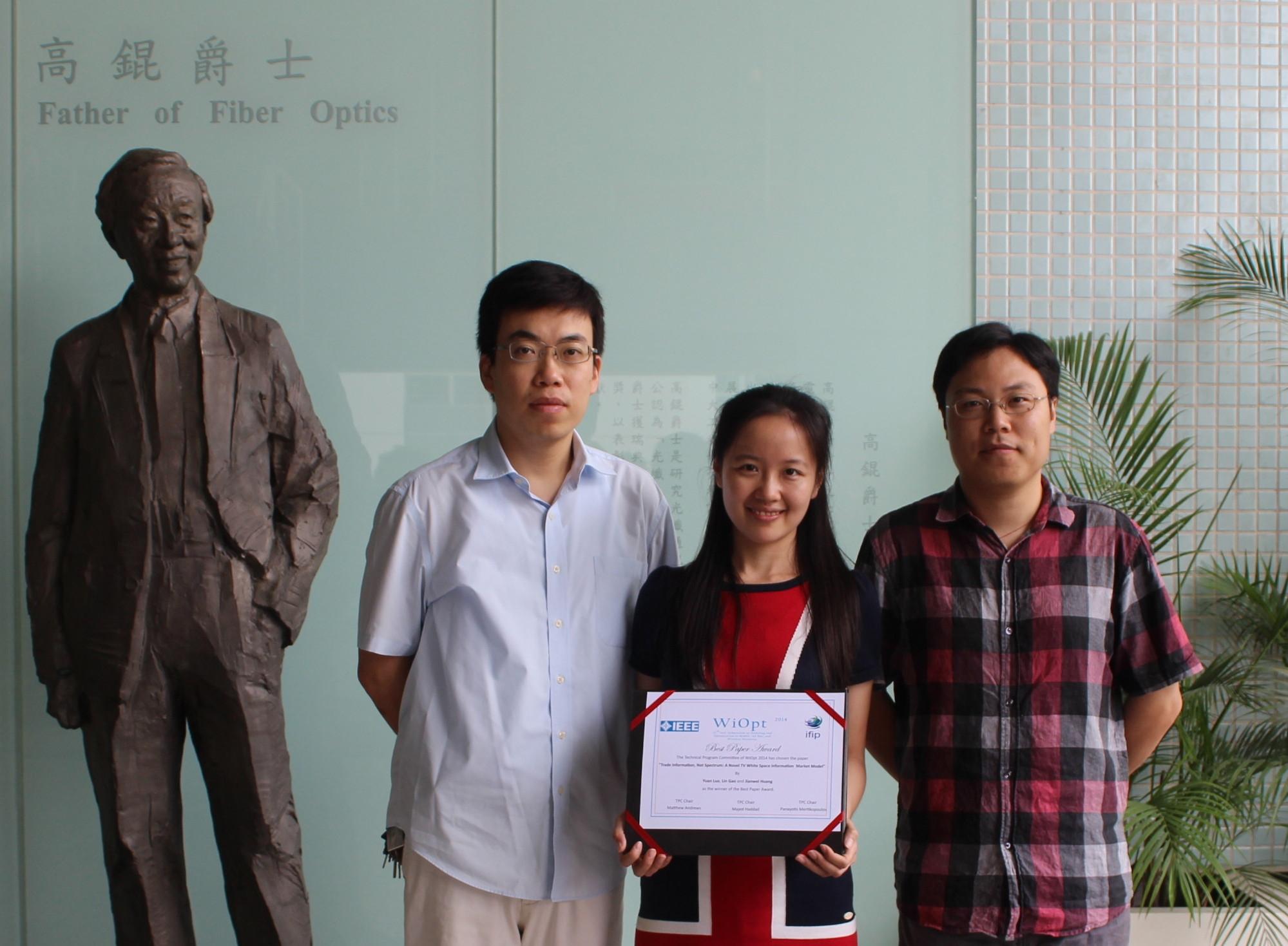 (左起)黃建偉教授、博士生羅元女士和博士後研究員高林博士提出的白頻譜網絡資訊巿場模型在IEEE WiOpt 2014國際會議上獲頒最佳論文獎。