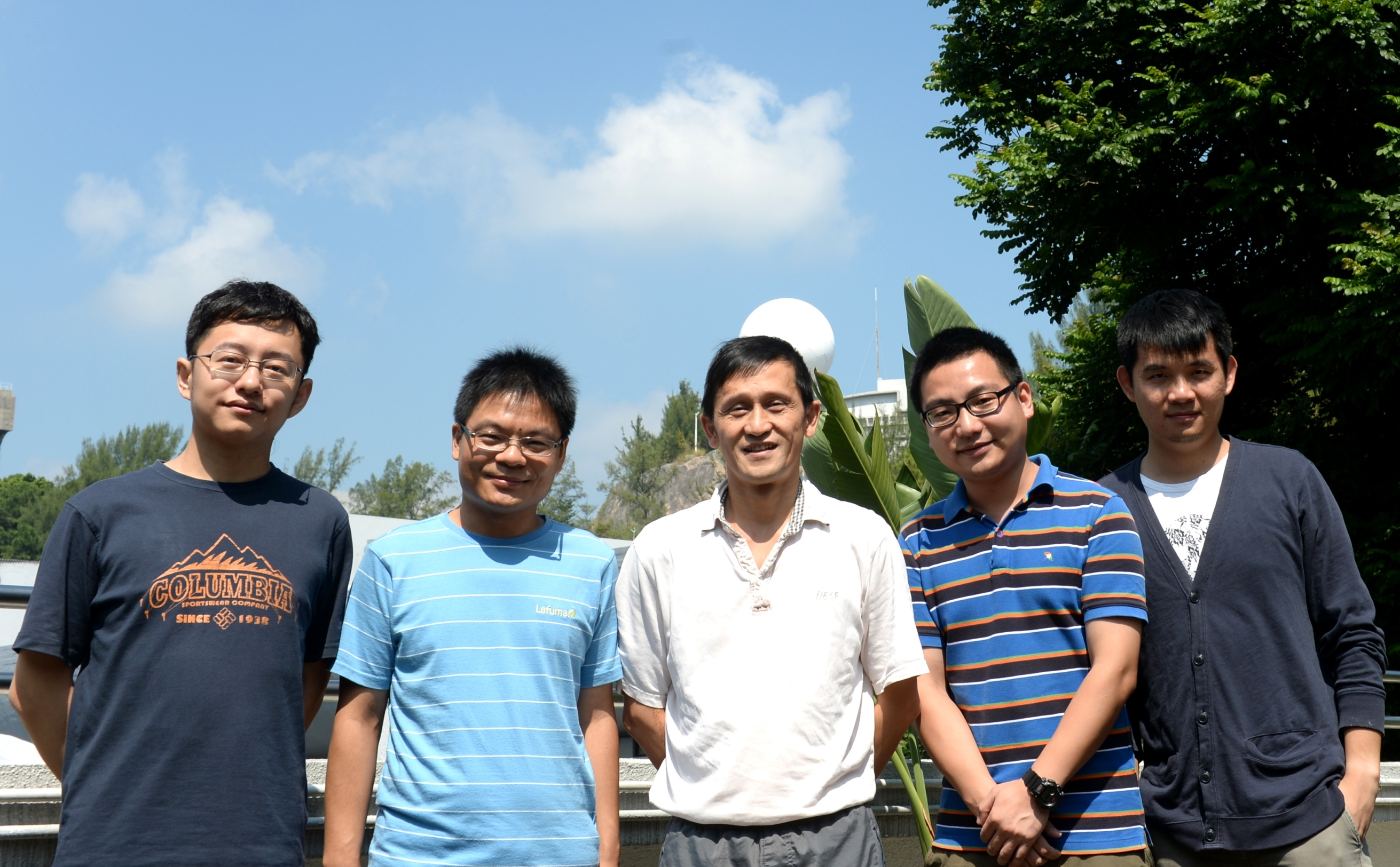 Prof. JIANG Liwen (middle) and his research team: (from left) Dr CUI Yong, Dr GAO Caiji, Dr LUO Ming and Dr ZENG Yonglun