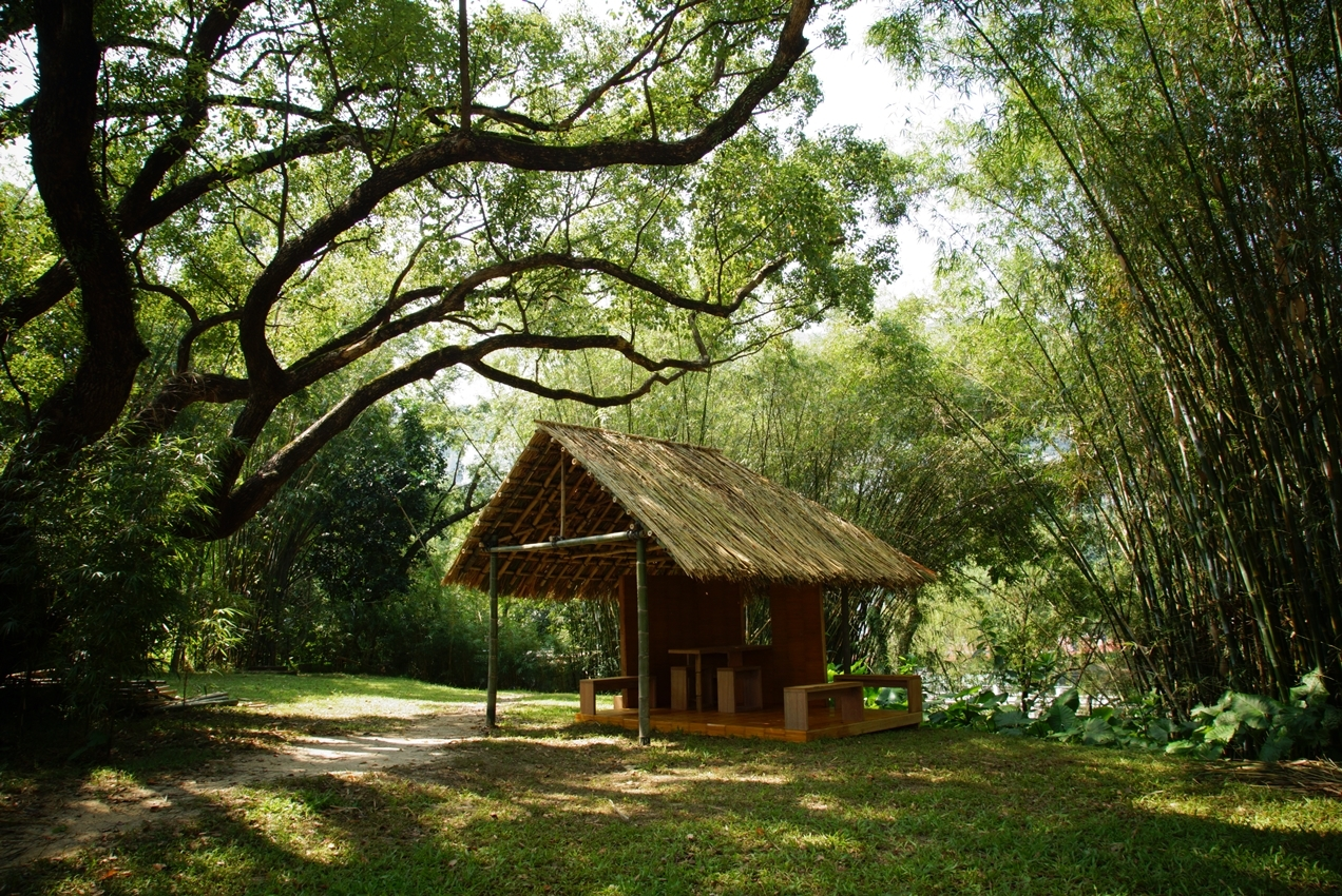 The thatched cottage designed by Prof. Thomas Chung and students from School of Architecture at Lake Ad Excellentiam.