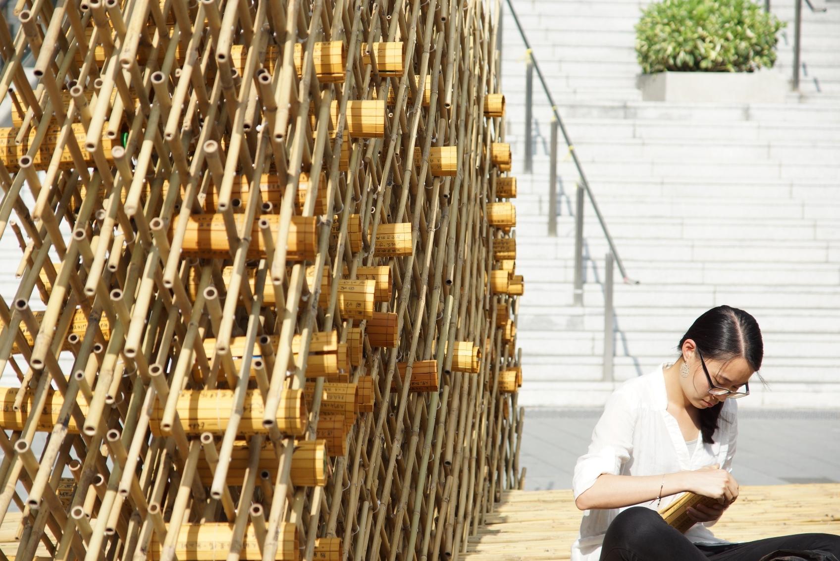 写上感想的竹简展示在康本国际学术园外的篱笆上。