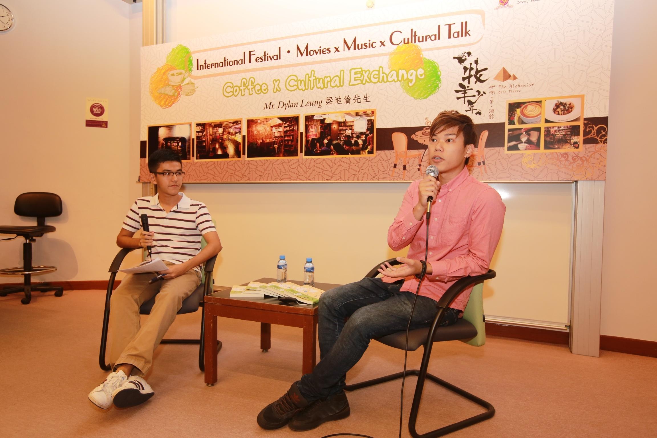 迪伦(右)与学生分享他的追梦历程