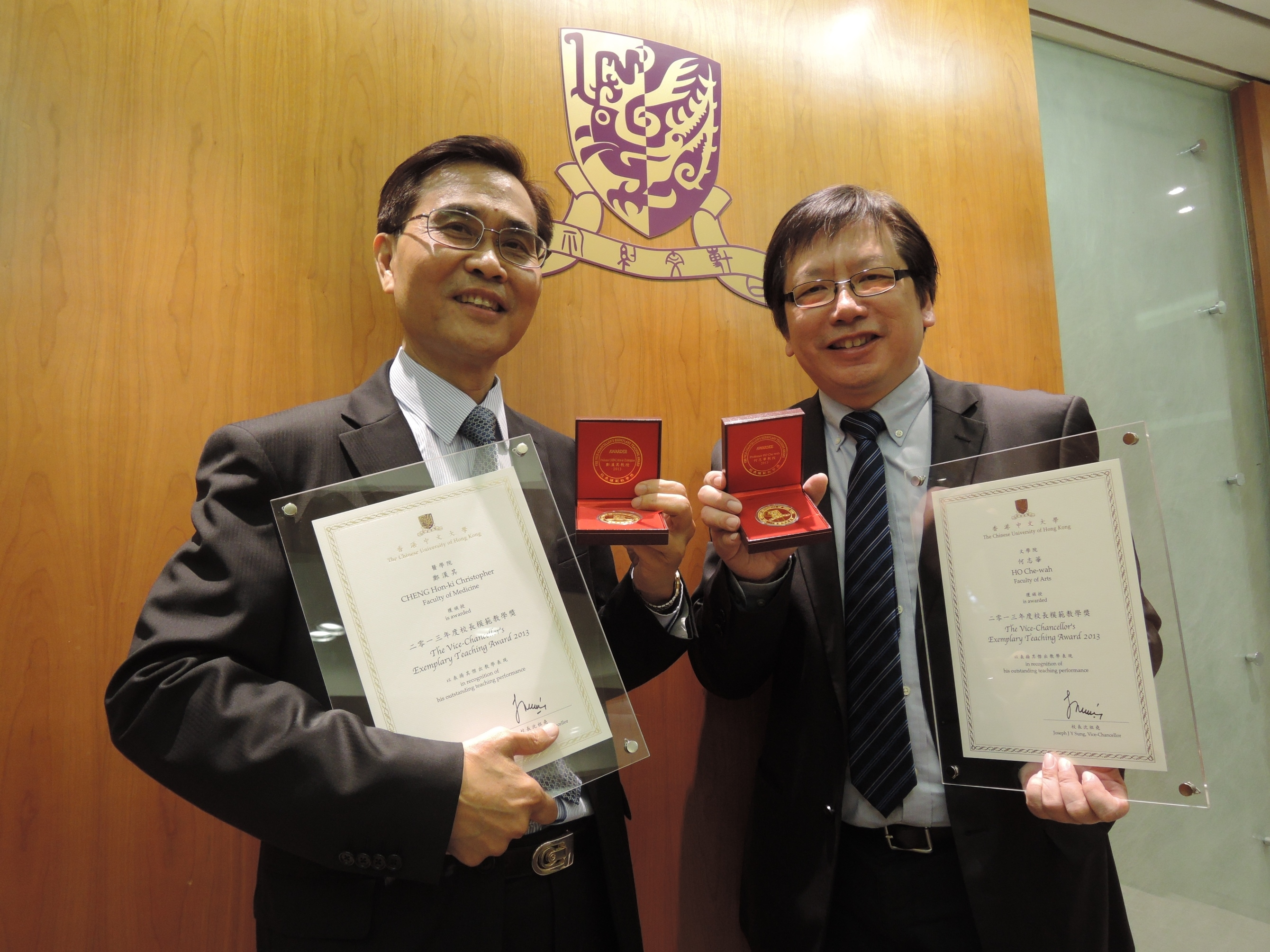 Prof. Ho Che-wah (right) and Prof. Cheng Hon-ki Christopher, awardees of Vice-Chancellor's Exemplary Teaching Award 2013, share their teaching experience.